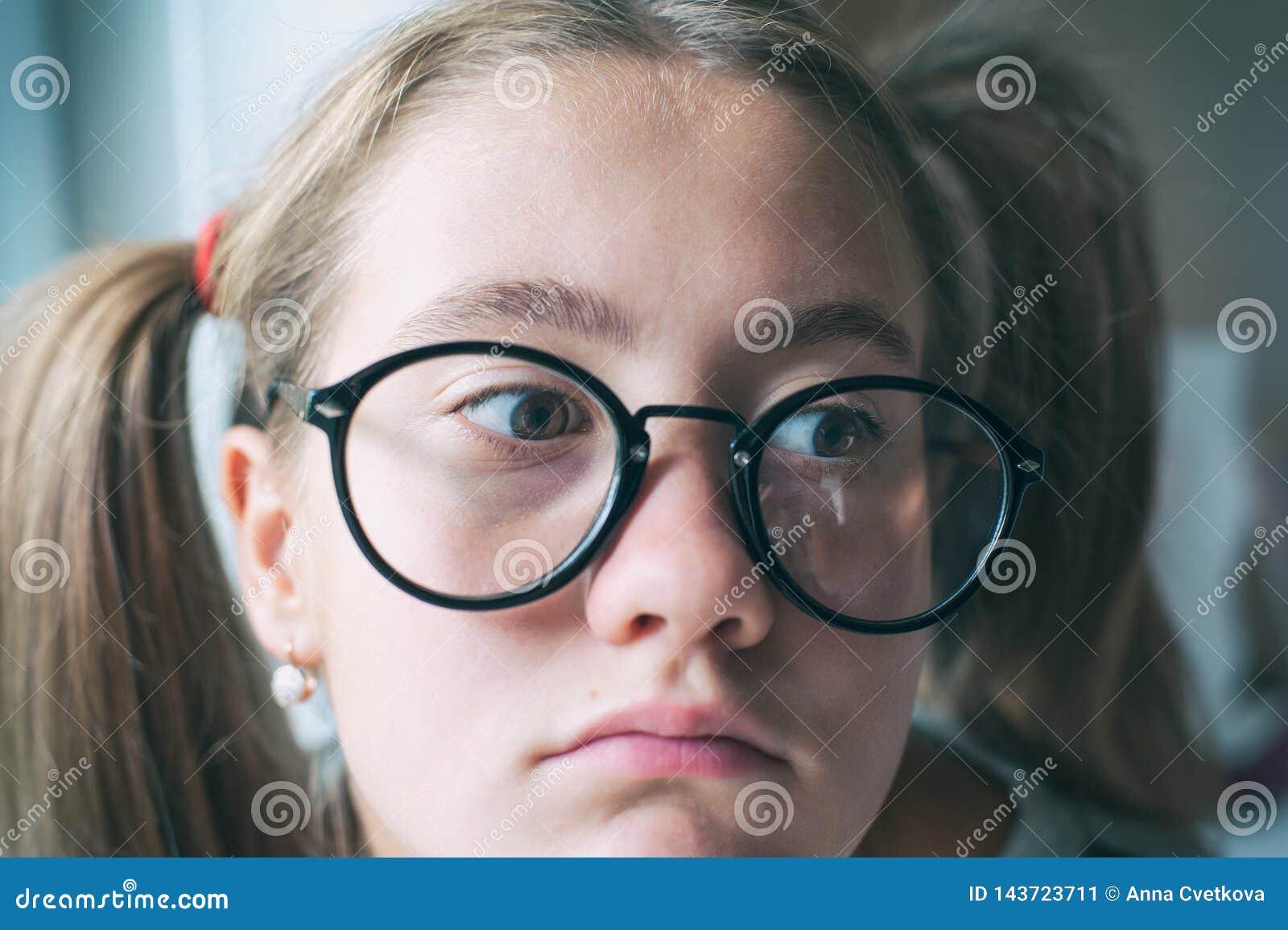 Boring School Nerdy grappig meisje met paardestaarten in oogglazen