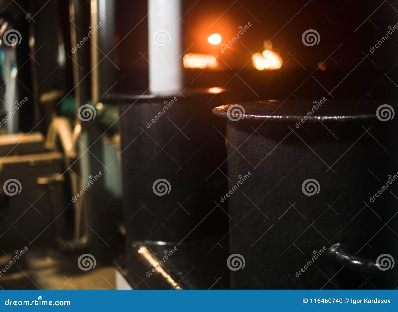 Borne métallique d amarrage par nuit à bord de navire