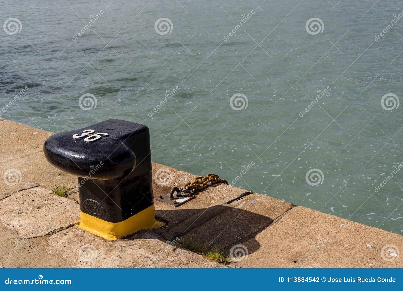 Borne numéro 36 dans le port de Huelva prêt à recevoir un amarrage