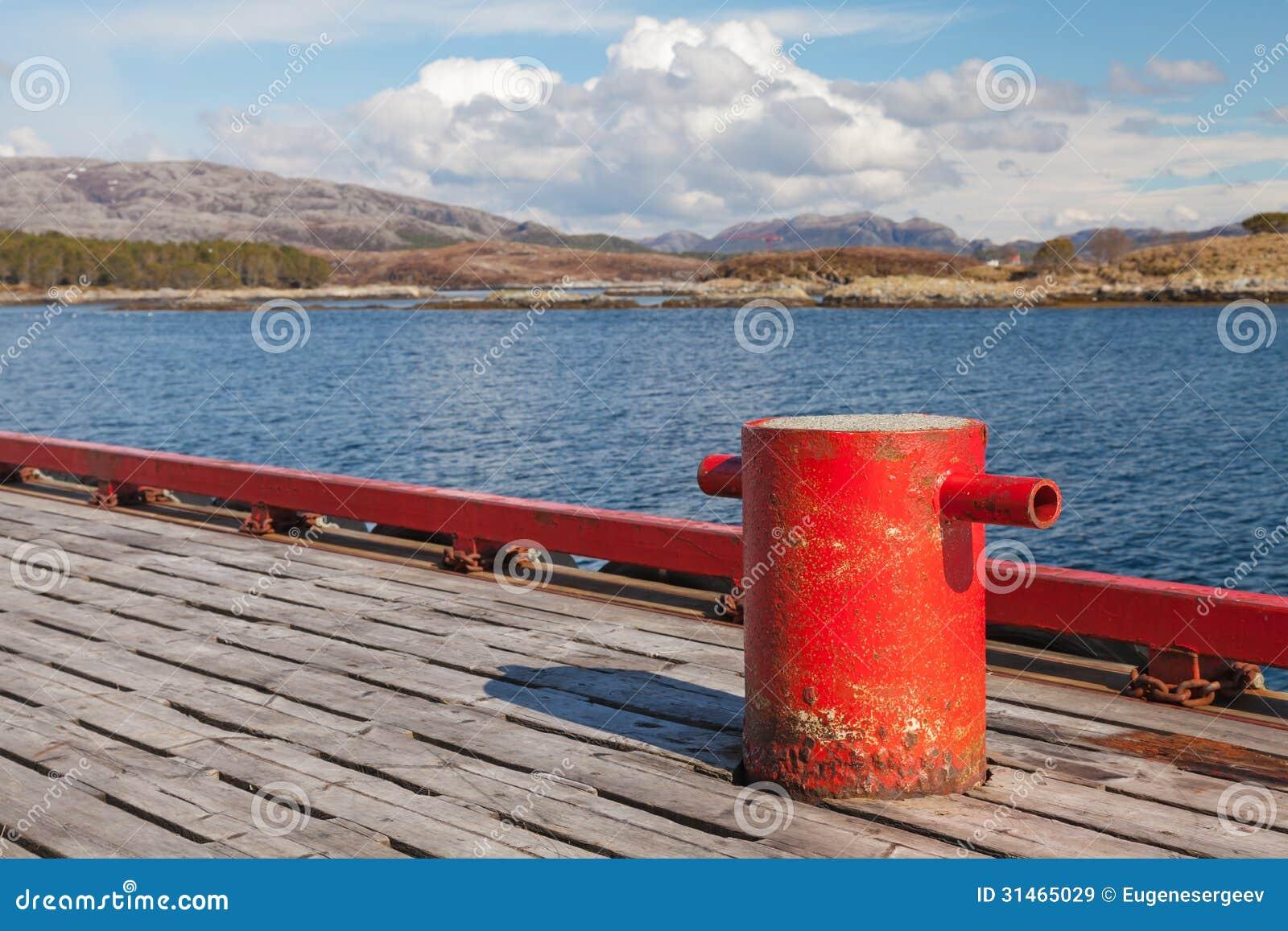 Borne rouge d amarrage sur le pilier en bois