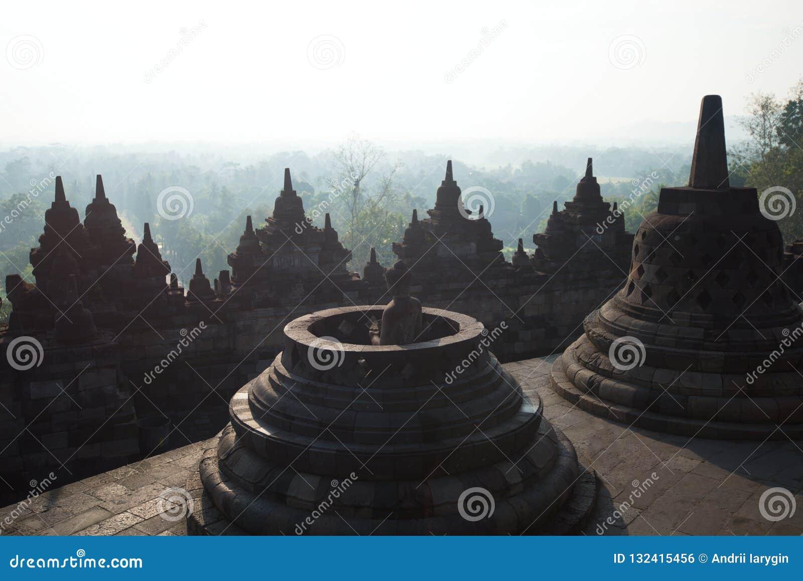 BorobudurÂ-Tempel setzt buddhistischen Tempel zusammen