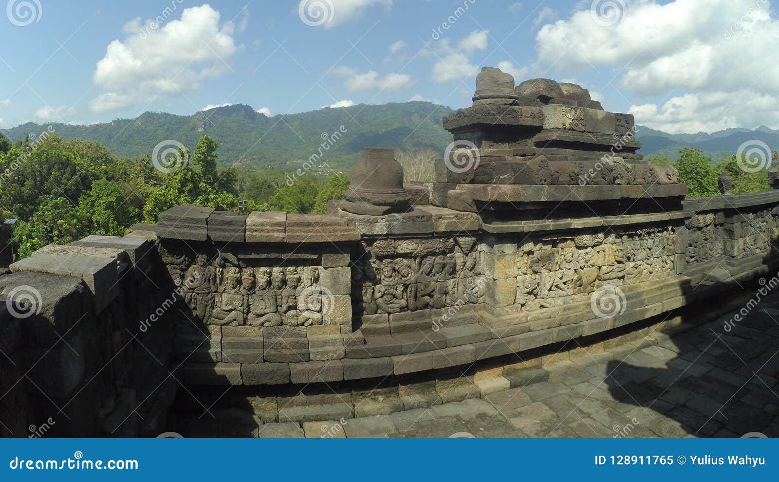 Borobudurtempel met achtergrond van Ungaran-Berg in Centraal Java