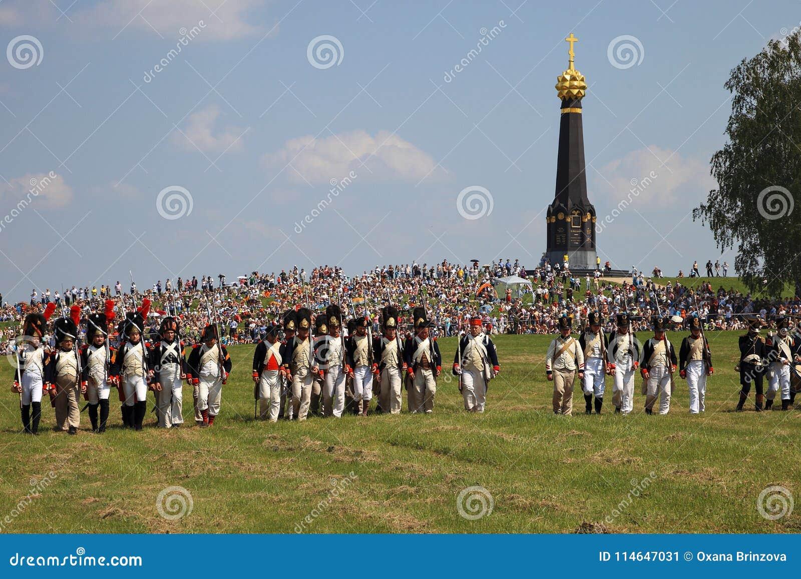 BORODINO MOSKVAREGION - kan 29, 2016: Reenactors klädde, som soldater för Napoleonic krig på Borodino slåss historisk reenactment