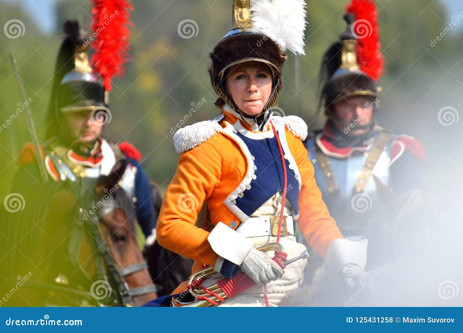 BORODINO MOSKVAREGION - SEPTEMBER 02, 2018: Reenactors klädde som soldater för Napoleonic krig på historisk reenactm för den Boro