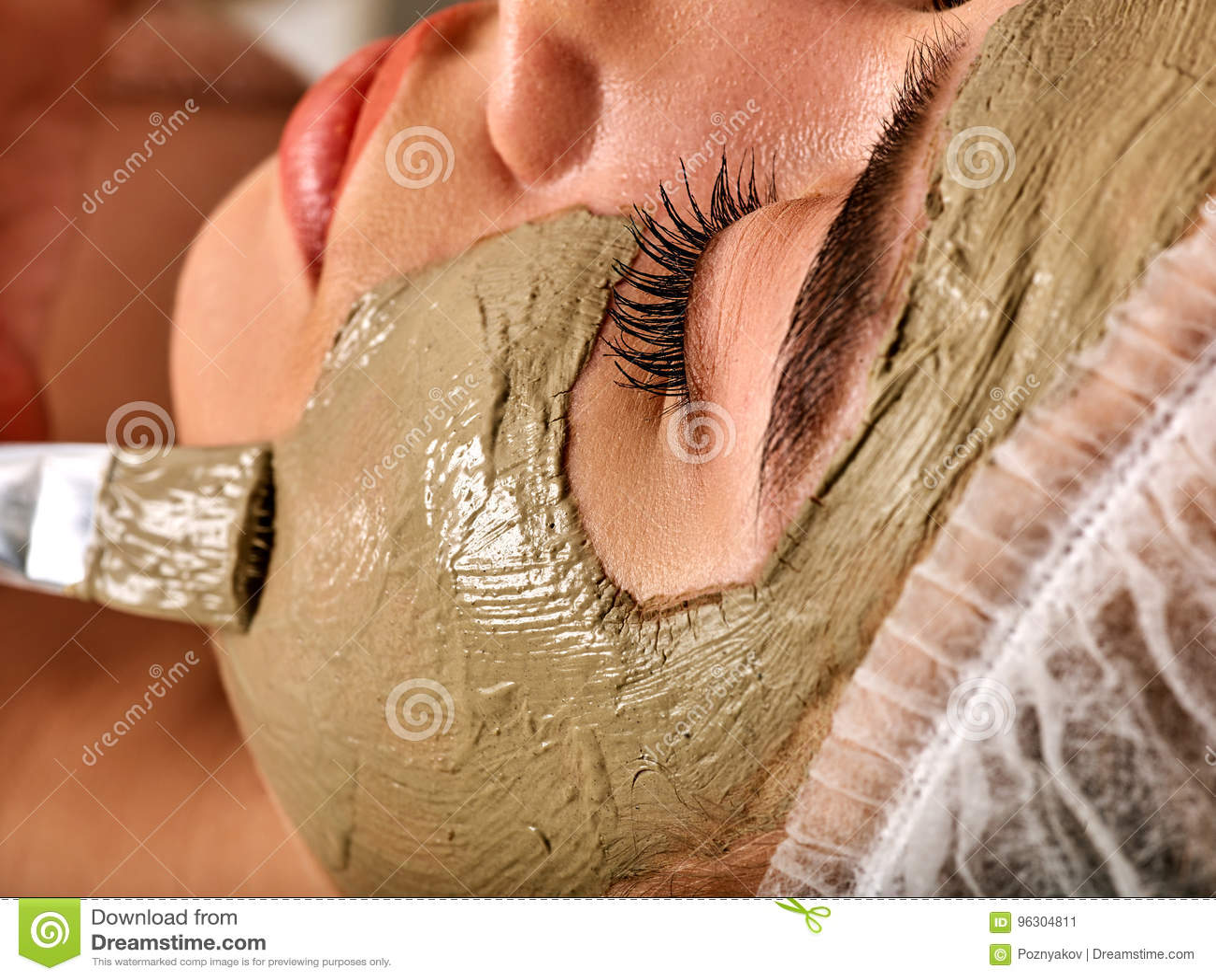 Borowinowa twarzowa maska kobieta w zdroju salonie Masaż z glinianą pełną twarzą
