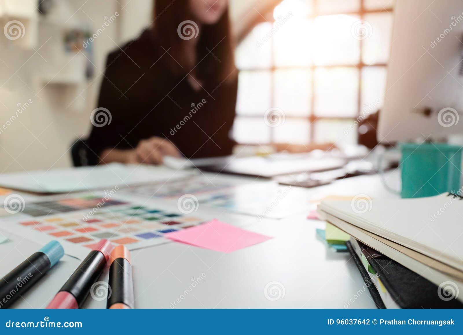 Borrão criativo do projeto gráfico da tabela e da mulher