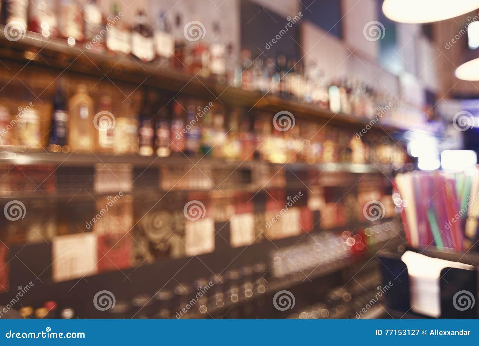 Borrado para trás barre Frascos dos espírito e licor na barra Mesa borrada na barra
