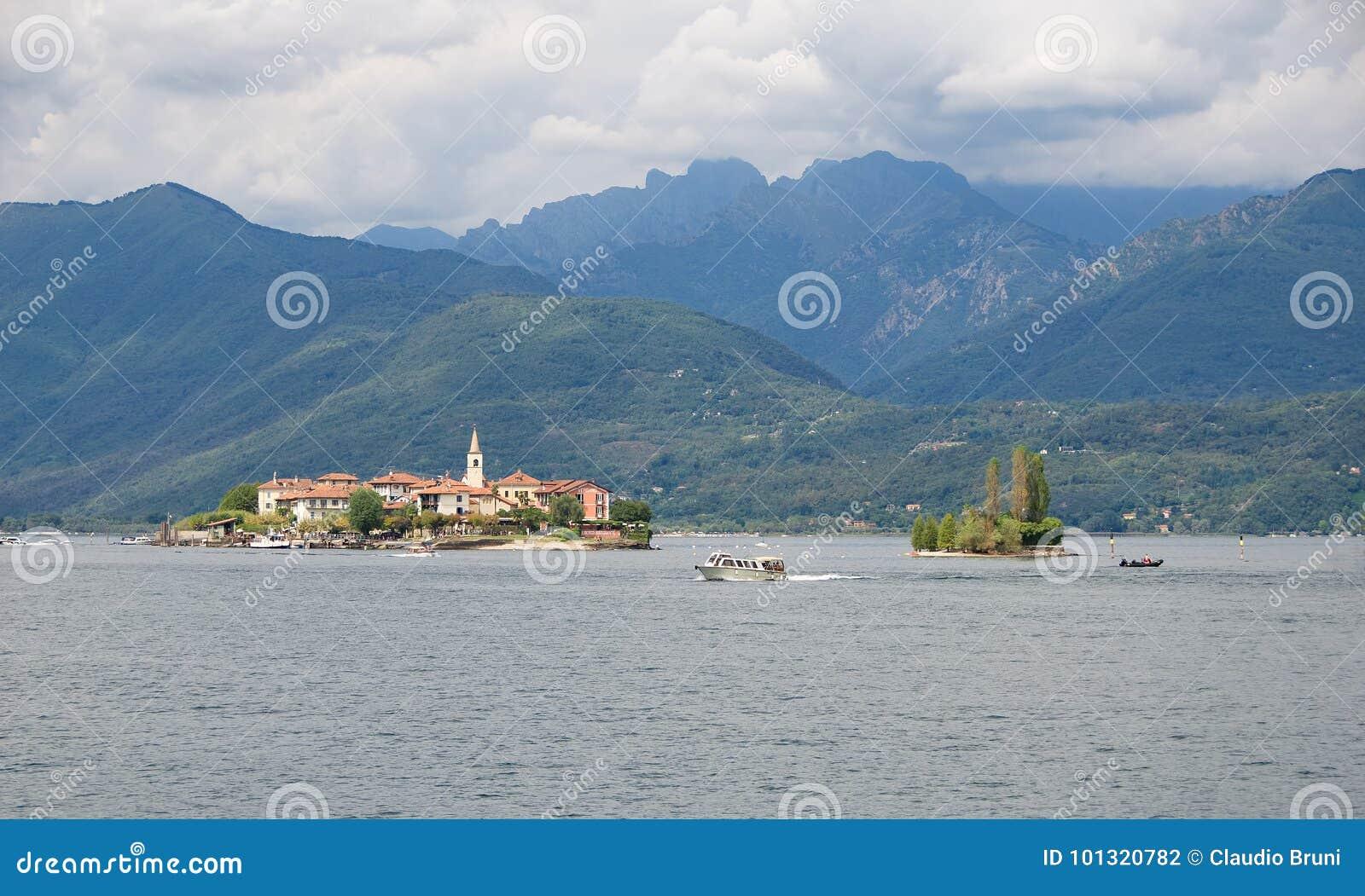 Borromean öar - ön för Isola Superiore fiskare` s på sjön Maggiore - Stresa - Italien