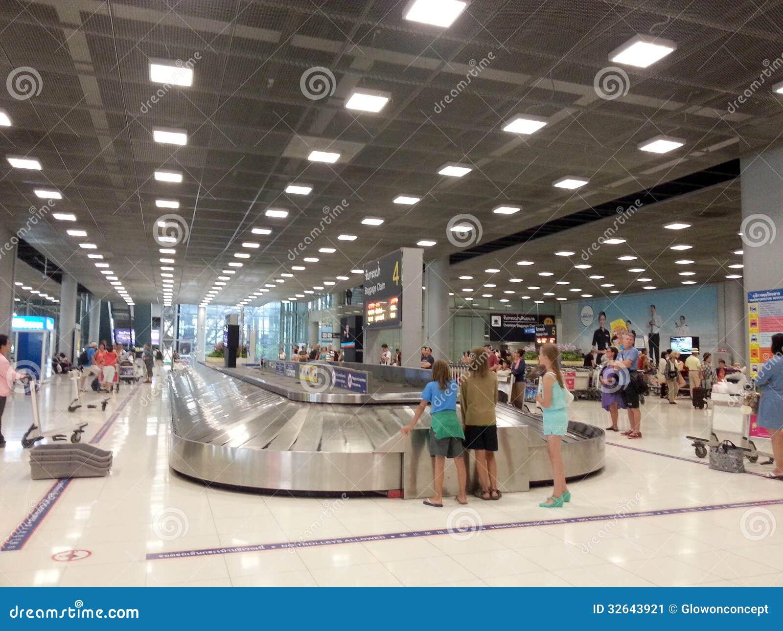 Borsa Aspettante Della Gente In Aeroporto Fotografia