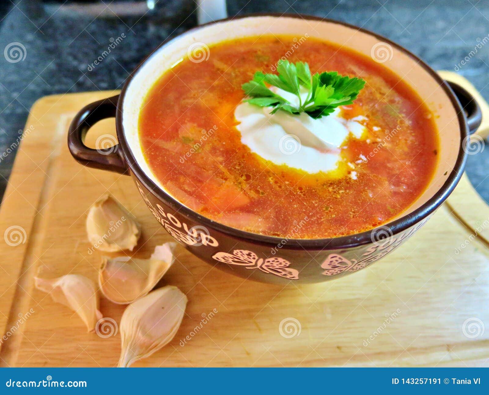 Borscht rojo ucraniano con crema agria, perejil y ajo