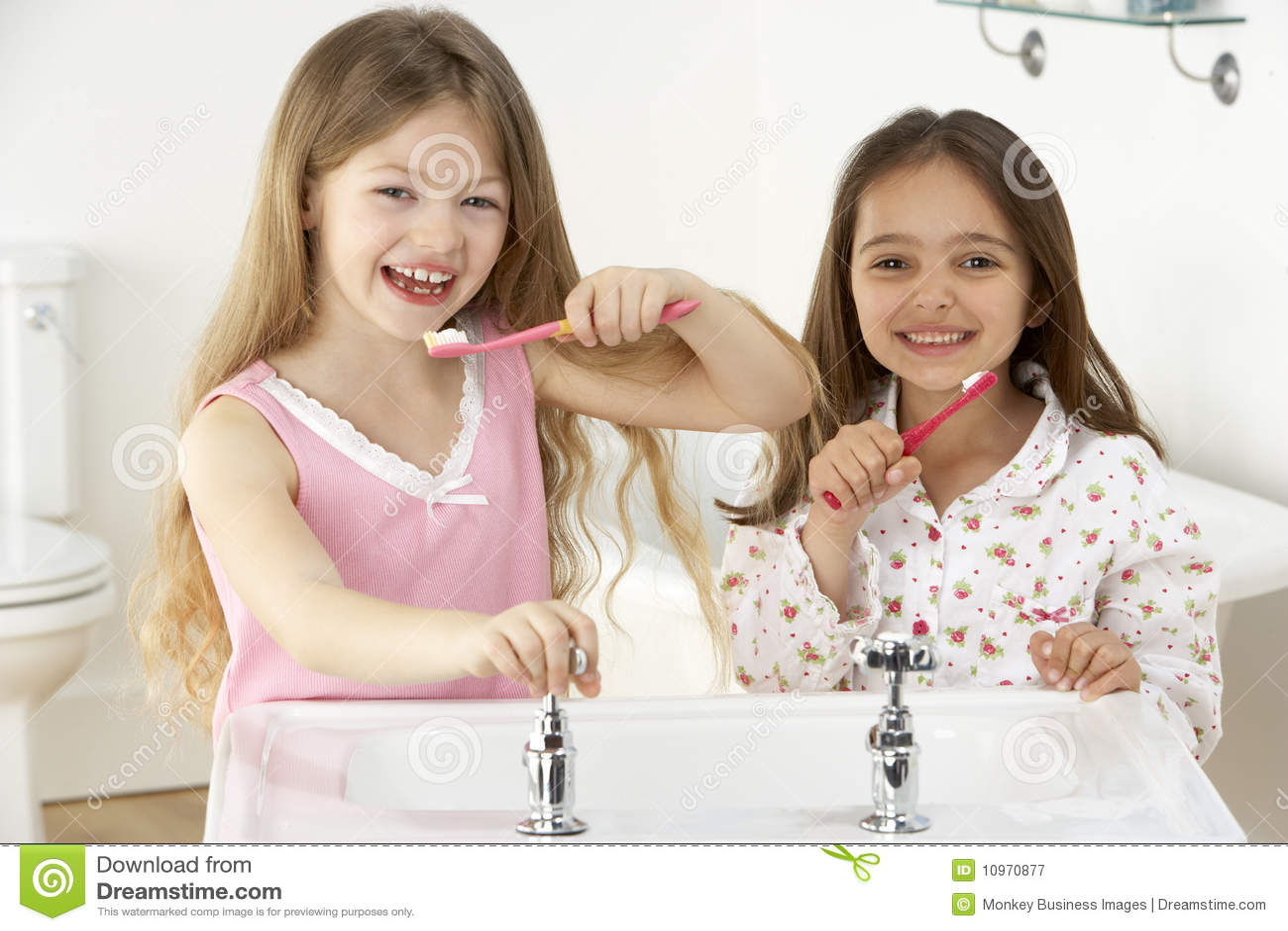 Borsta flickor sink tänder två barn
