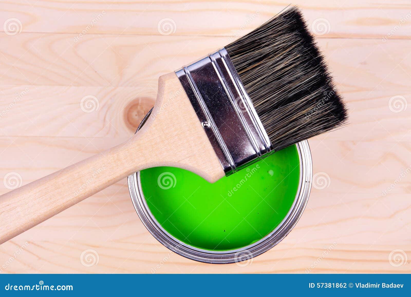 Borstel en groene verfemmer