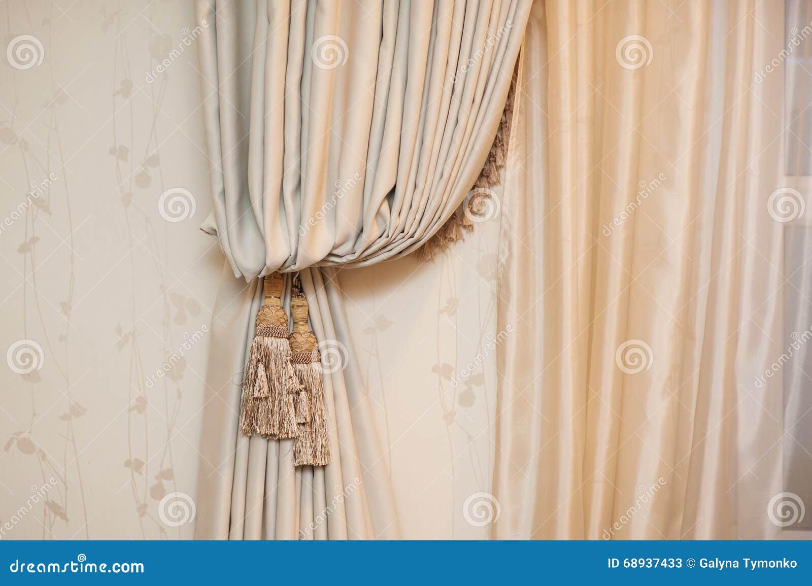 borstel op de gordijnen in beige ruimte