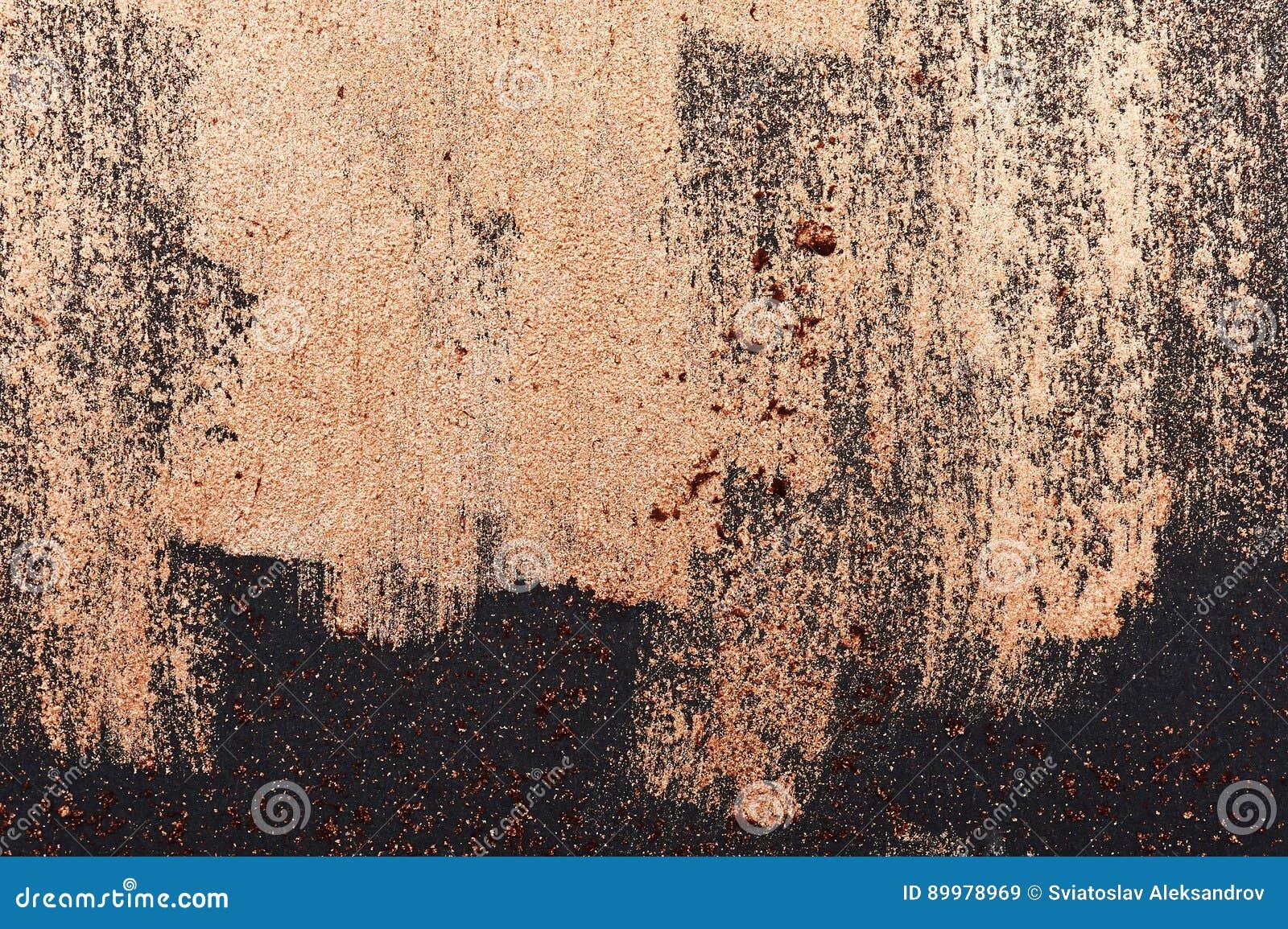 Borstelslagen van gouden Verf op donkere Oppervlakte