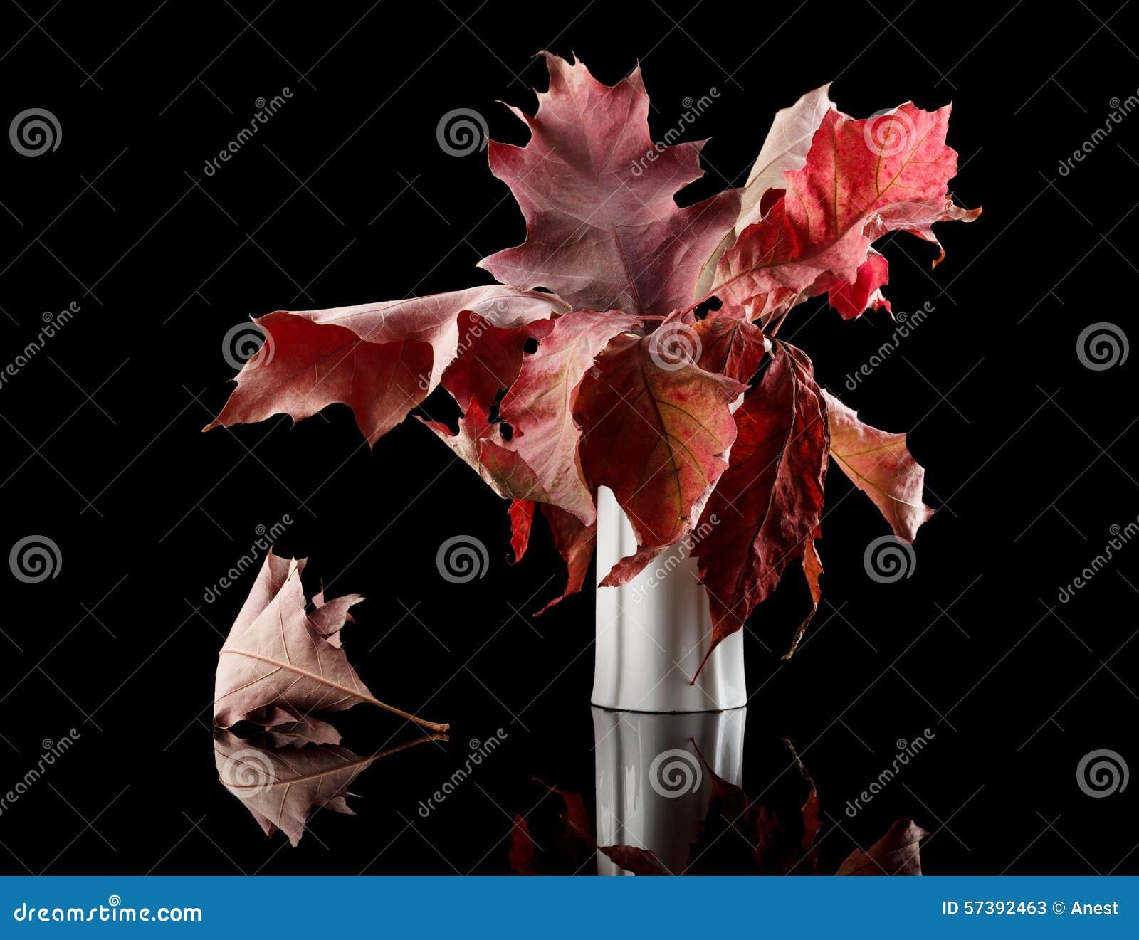 Bos van de herfst de eiken bladeren in vaas