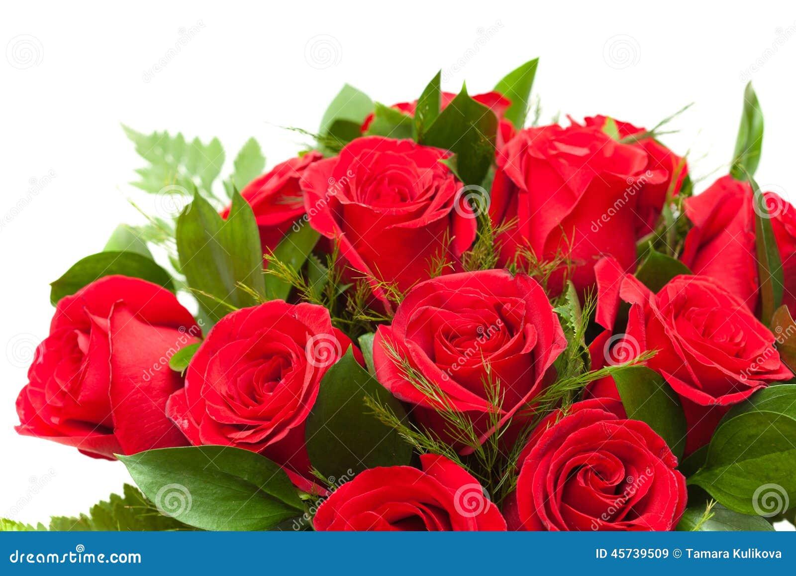 Bos van rode rozen in bloemist het verpakken