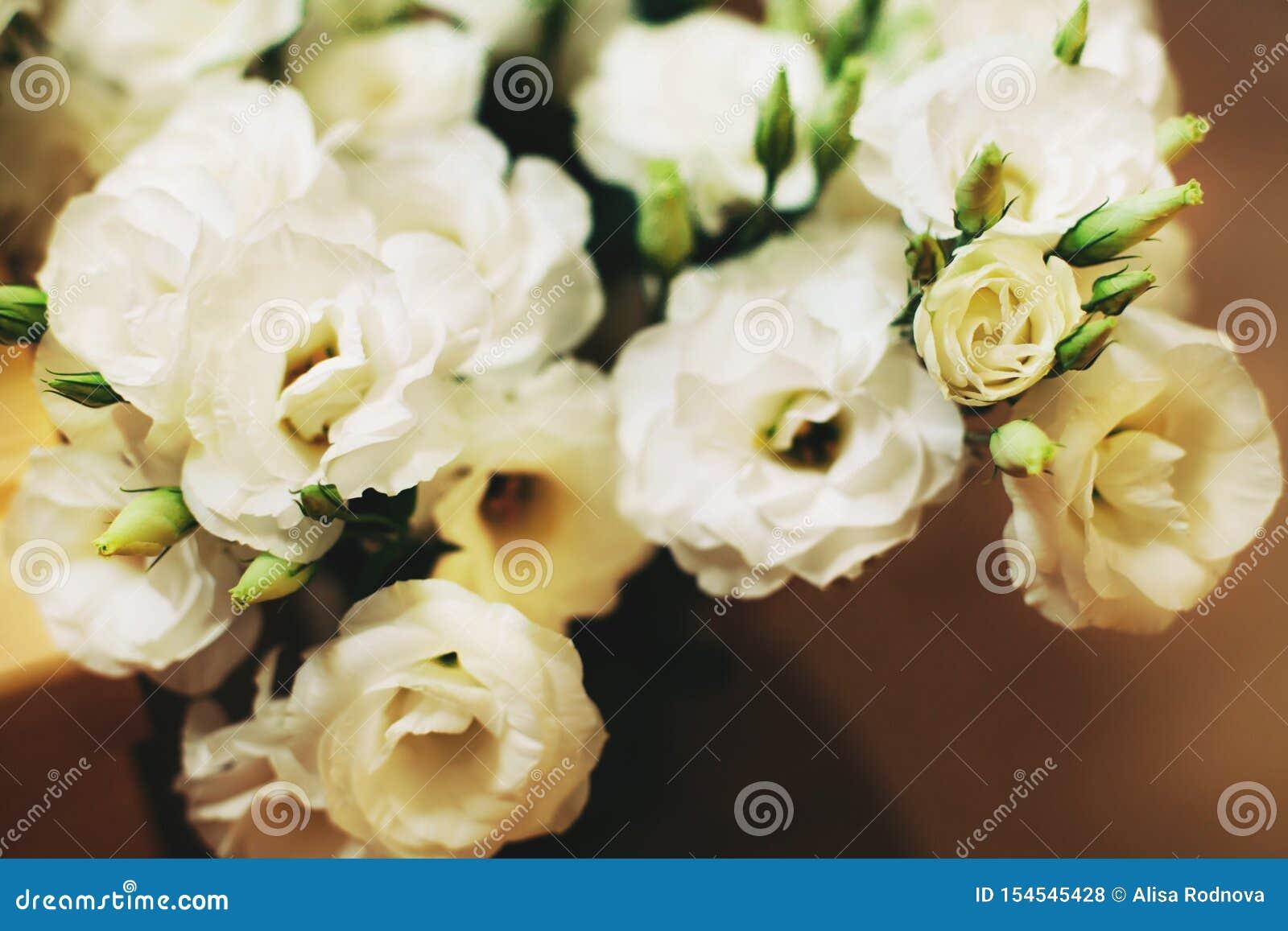 Bos van witte eustomabloemen