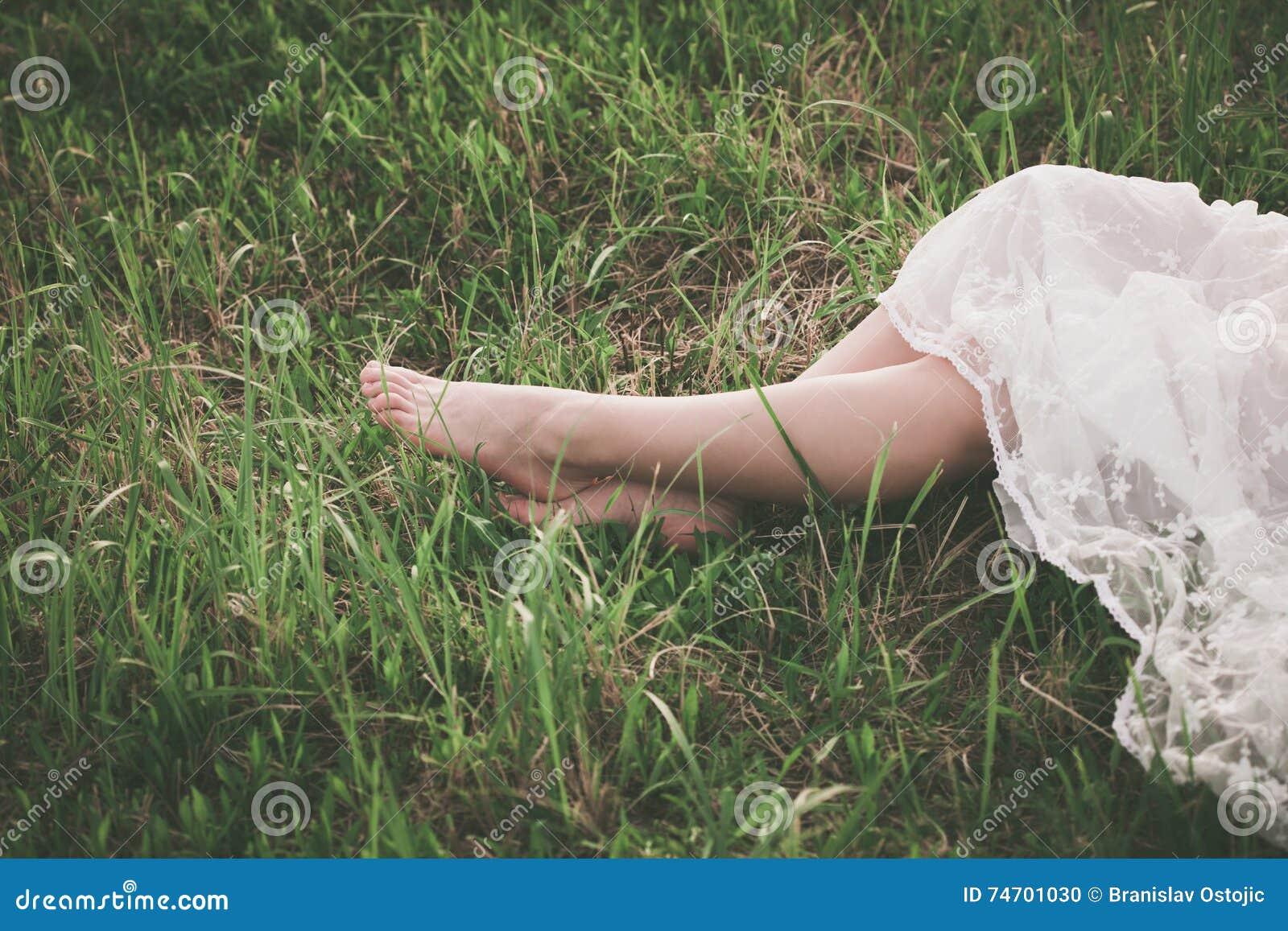 Bose kobiet nogi na trawie