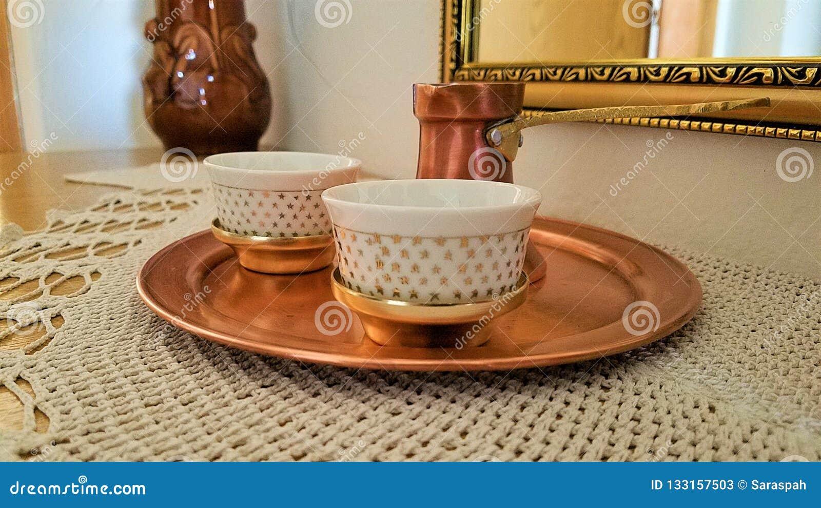 Bosnische cezve en de traditionele dienende reeks van de koppenkoffie