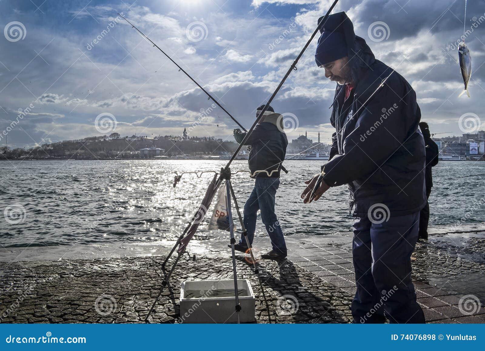 Bosphorus de Estambul, caña de pescar con la caza de los pescados