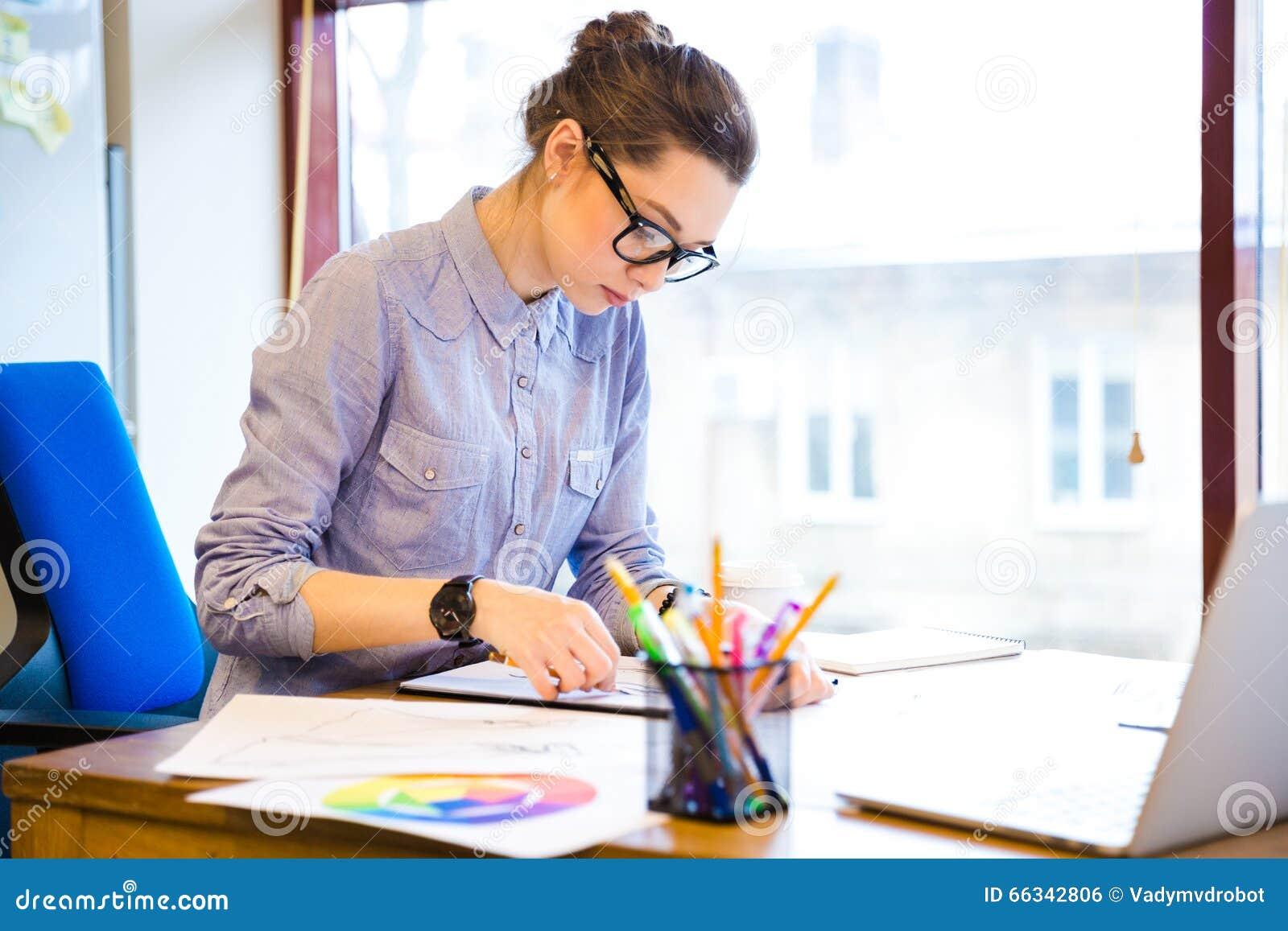 Bosquejos concentrados del dibujo del dise ador de moda de - Disenador de interiores trabajo ...
