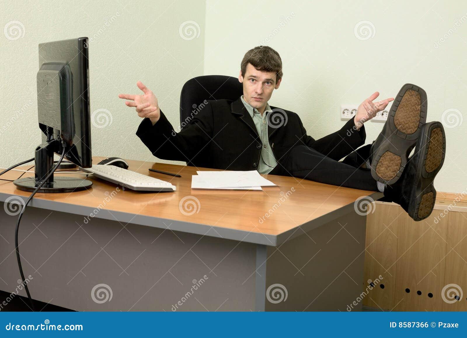У боса на столе 8 фотография