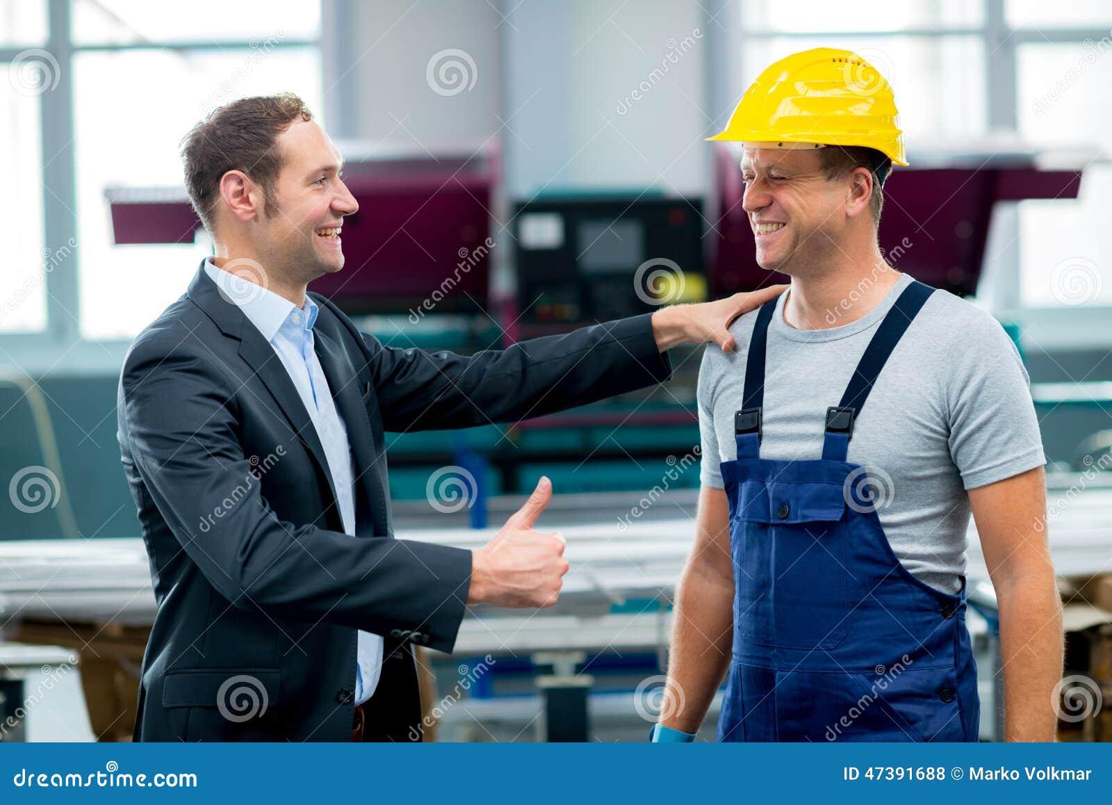 Boss y trabajador en la conversación