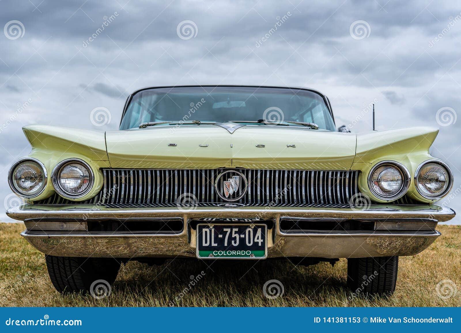 BOSSCHENHOOFD/NETHERLANDS- 17-ОЕ ИЮНЯ 2018: вид спереди классического Buick Electra на классическом meetin автомобиля
