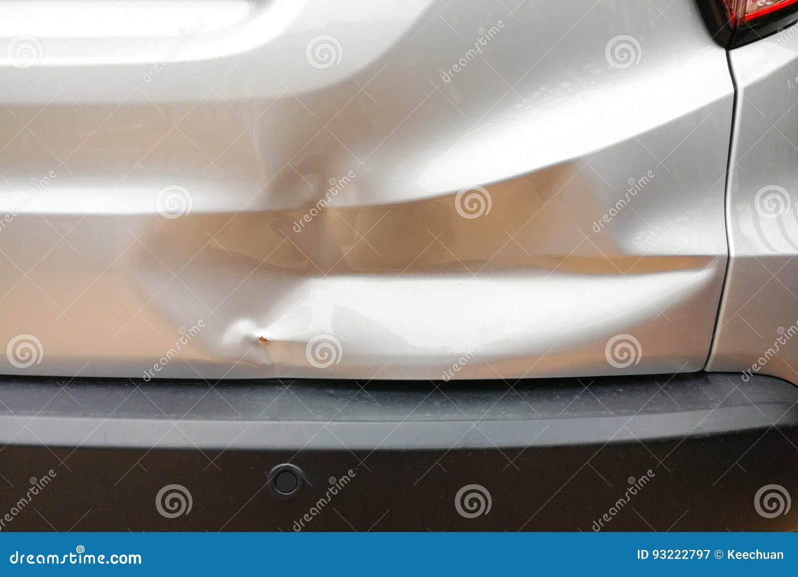 Bosselure mineure à la porte arrière de voiture due à l accident