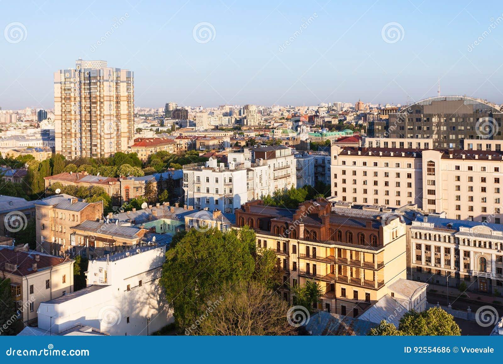 Bostads- byggnader i Kiev, i att gry för vår