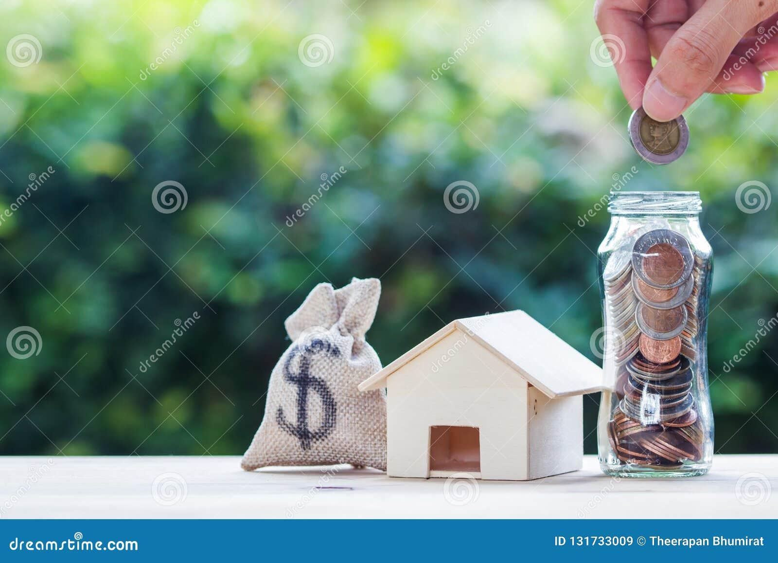 Bostadslånet intecknar, skulden, besparingpengar för hem- köpande begrepp: Handinnehavmynt över exponeringsglaskruset US dollar i