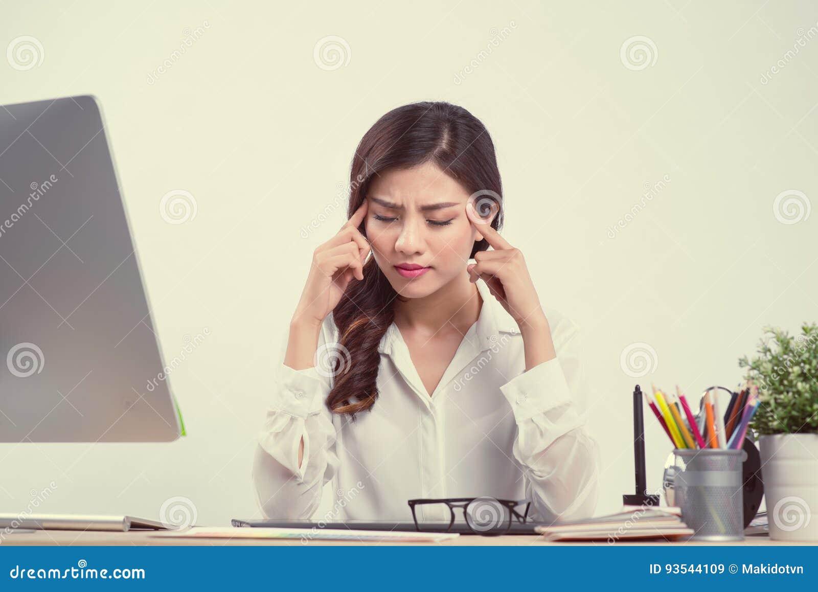 Bostezo soñoliento cansado de la mujer, trabajando en el escritorio de oficina Trabajo excesivo y