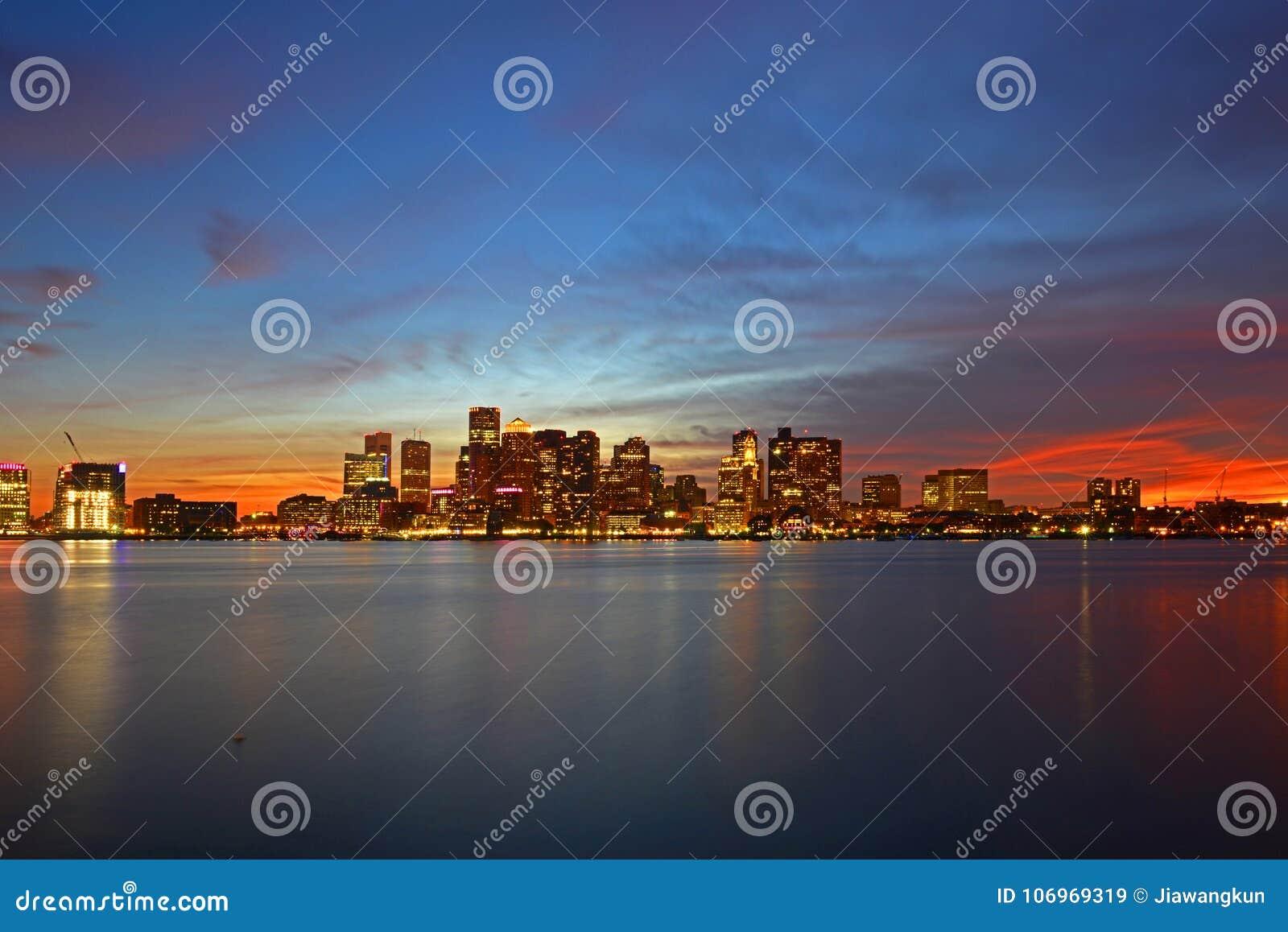 Boston-Skyline nachts, Massachusetts, USA