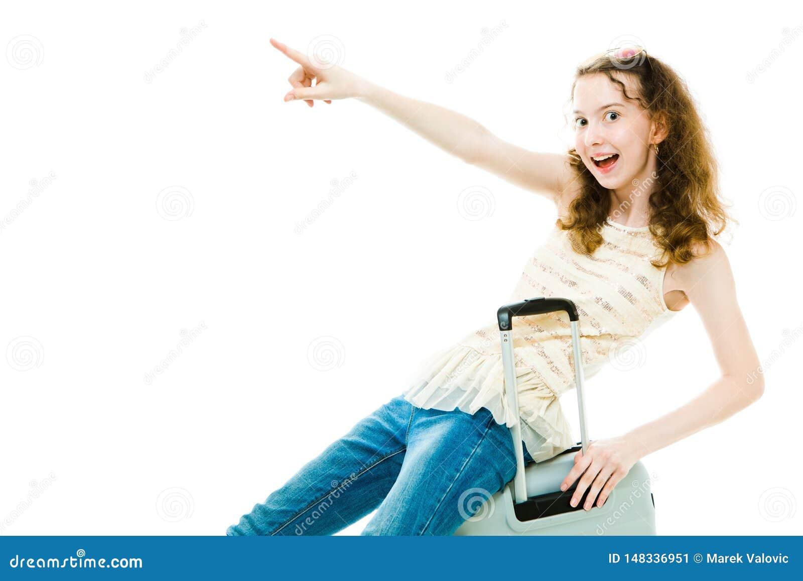 Bosy chuderlawy dziewczyny obsiadanie na baga?u - wskazuj?cy
