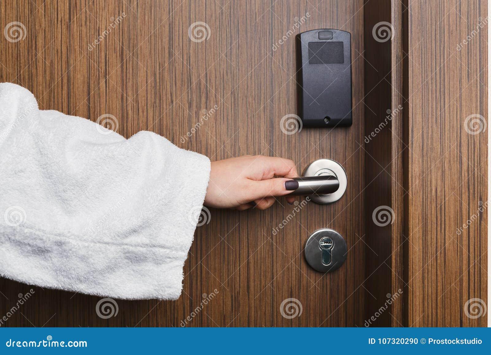 Botão de porta fêmea da sala de hotel da abertura da mão