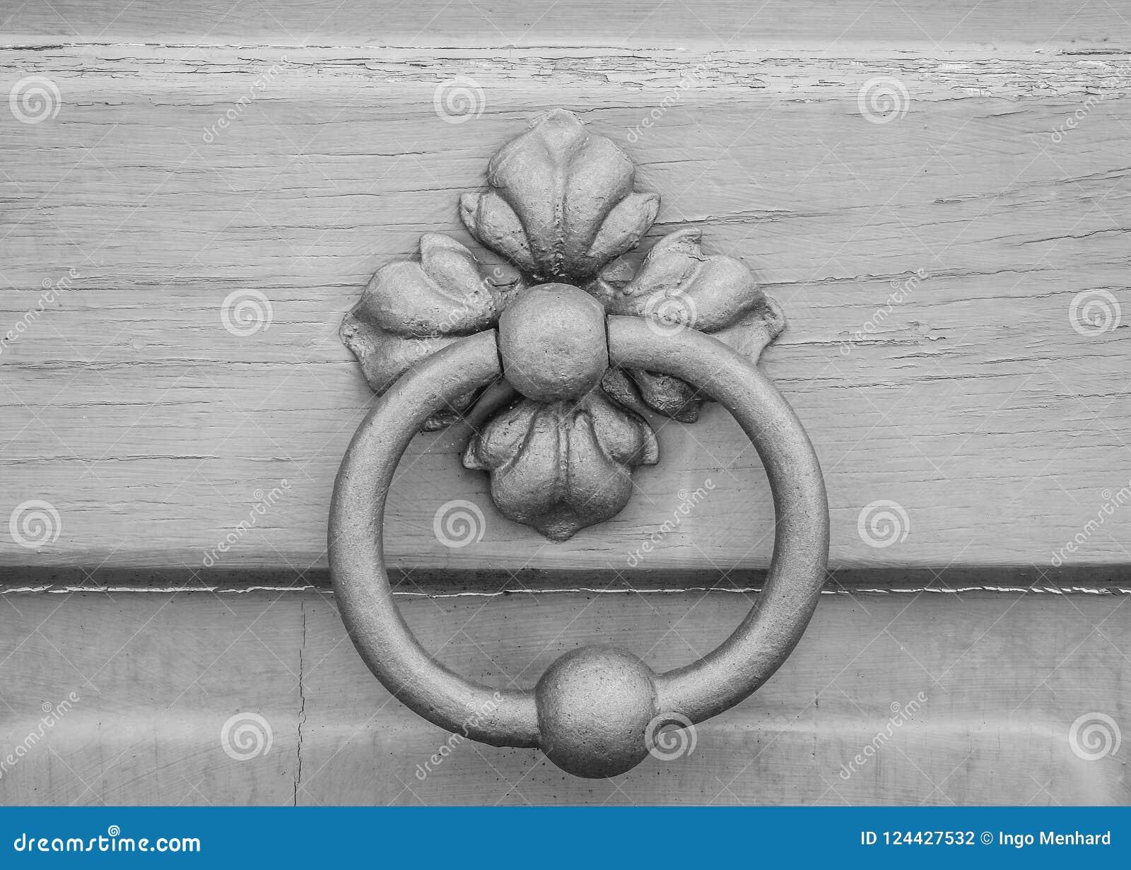 Botão de porta velho do metal