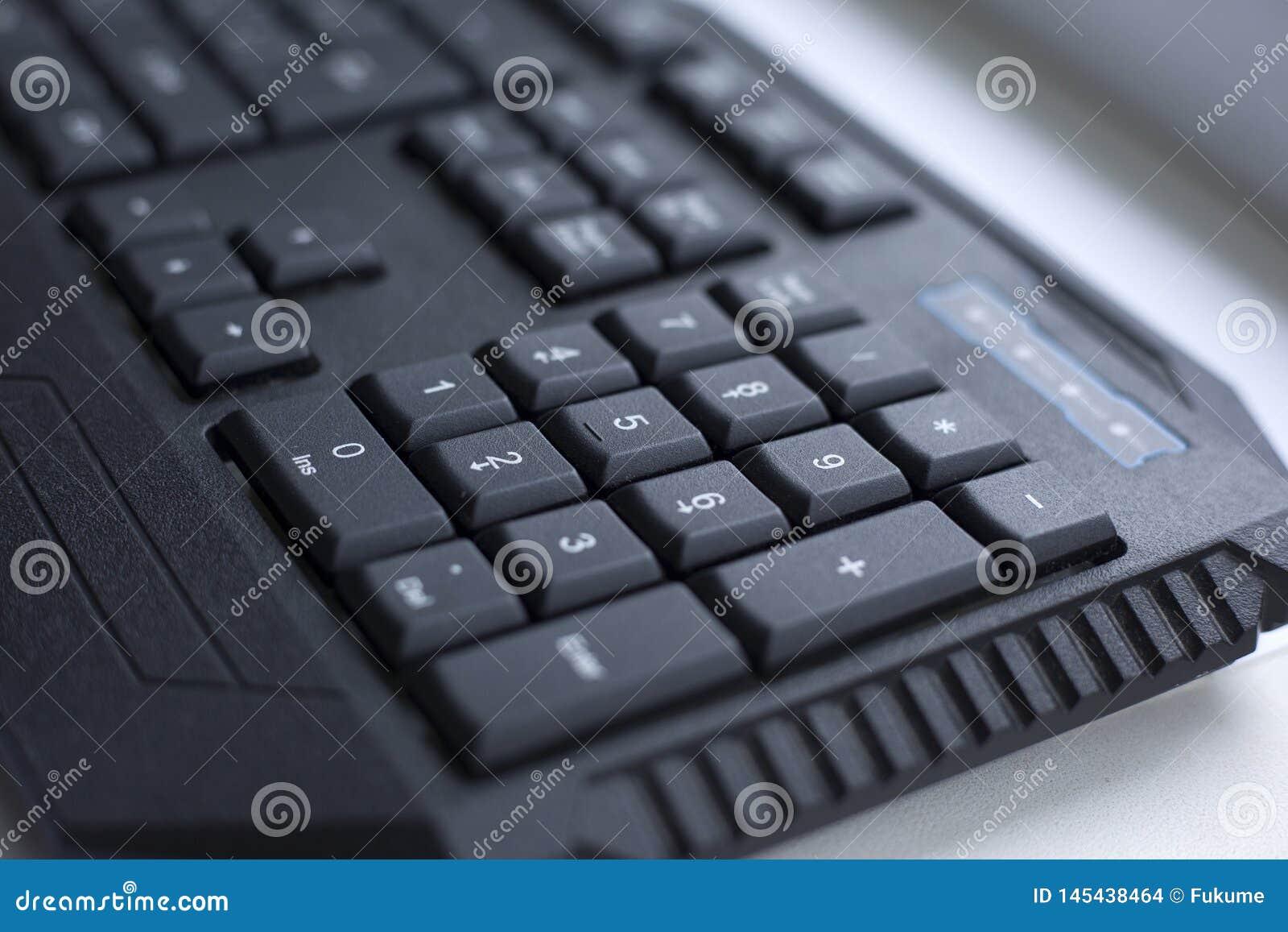 Botón atado con alambre ordenador negro del teclado
