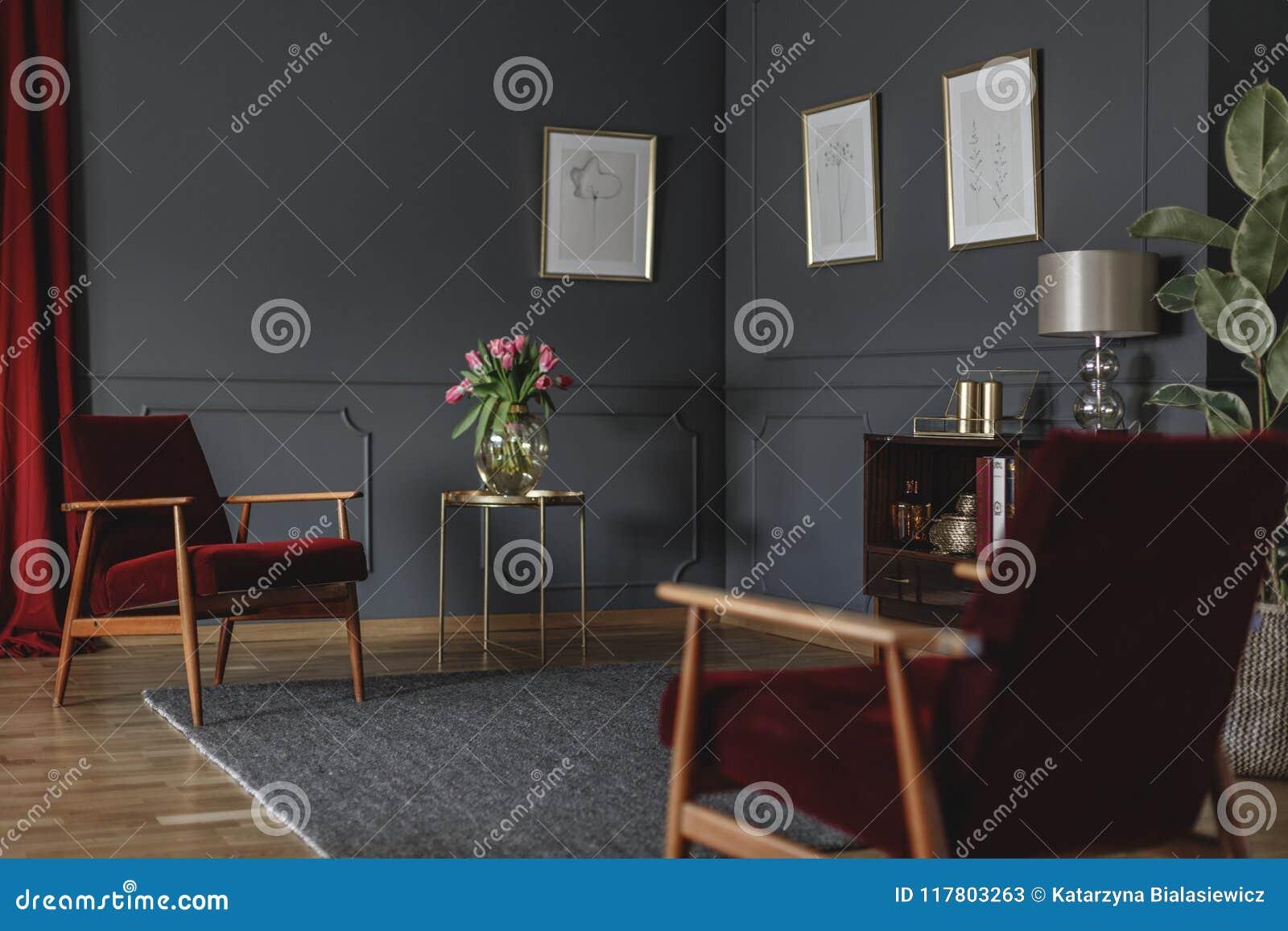 Botanische tekeningen op een donkergrijze muur in de hoek van een luxuri