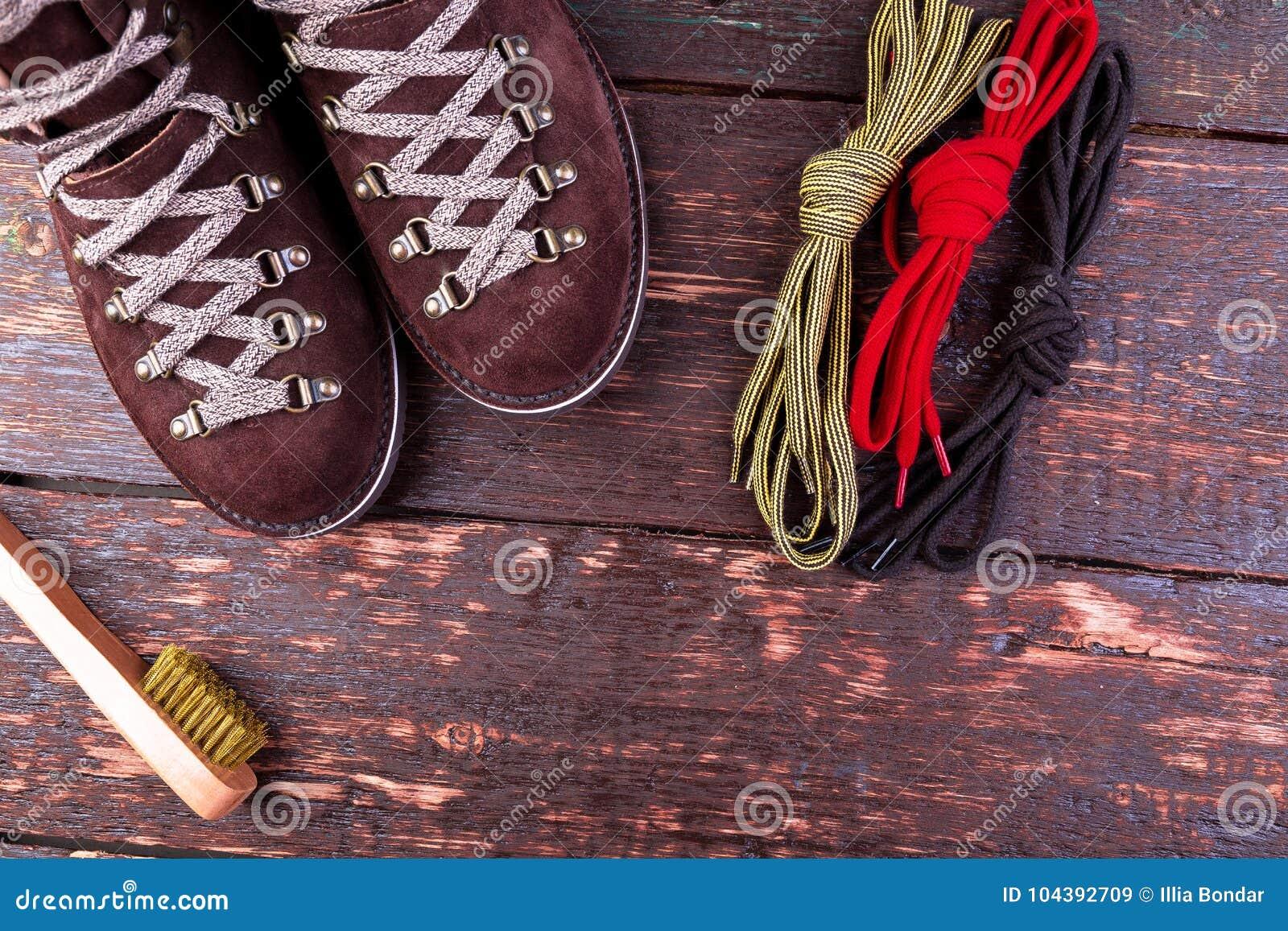 Botas da camurça do homem de Brown com laços da escova no fundo de madeira Sapatas do outono ou do inverno