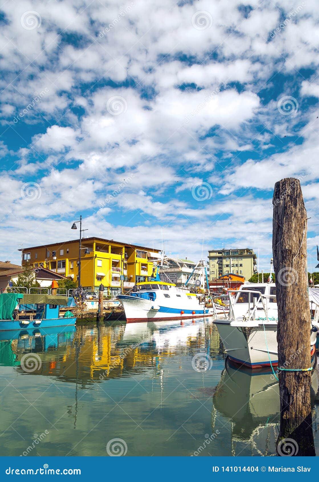 Botas da pesca ao longo da doca em Caorle, Itália MAR DE ADRIÁTICO