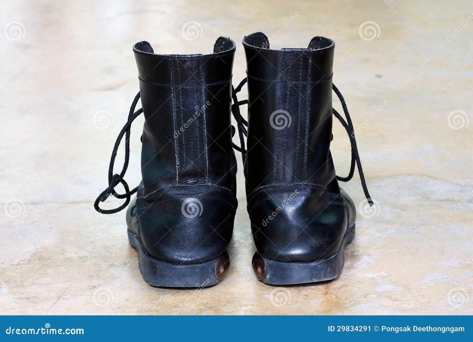 Botas de couro pretas do exército