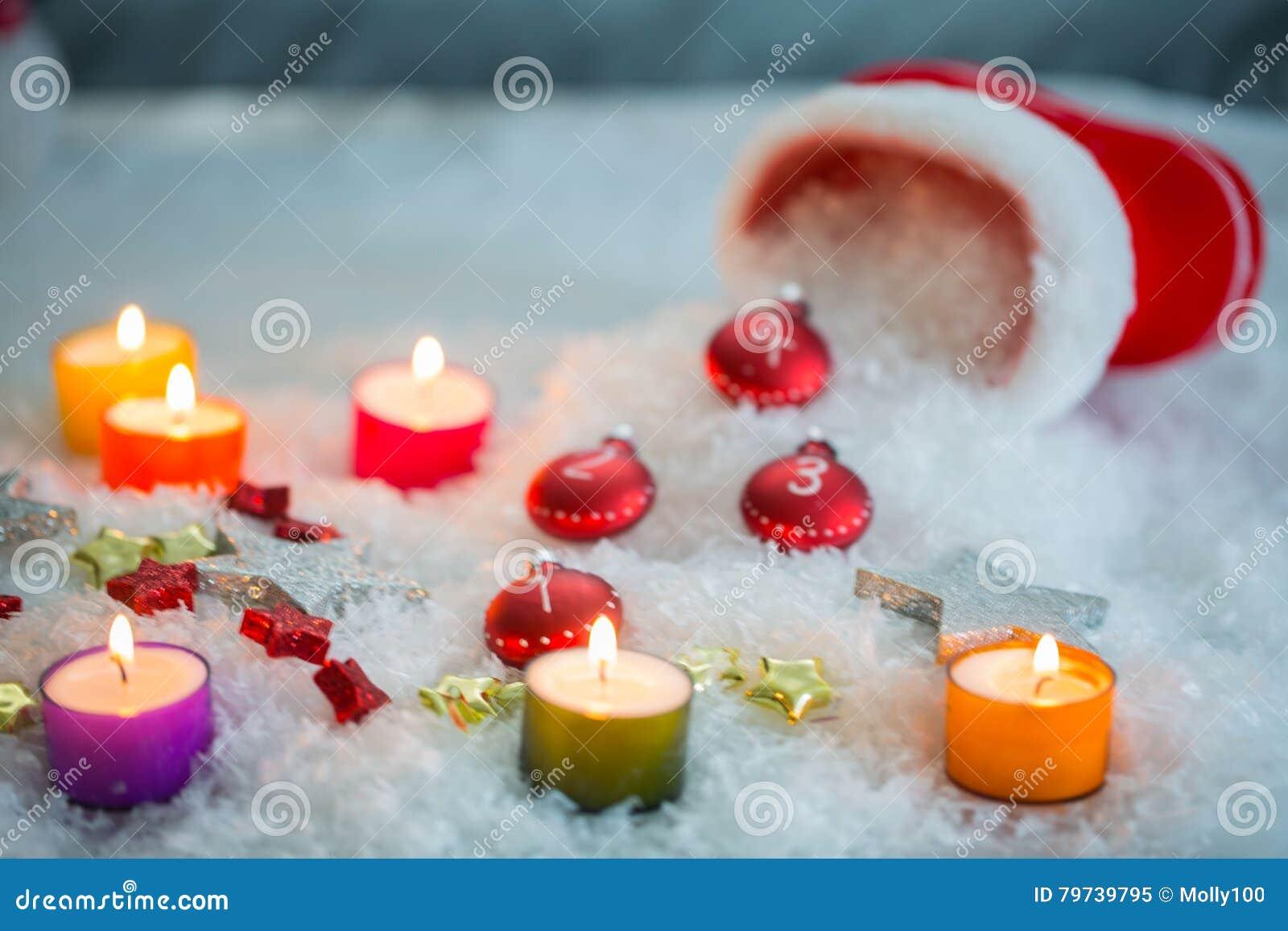 Botas de Santa Claus con las velas y el snowmann