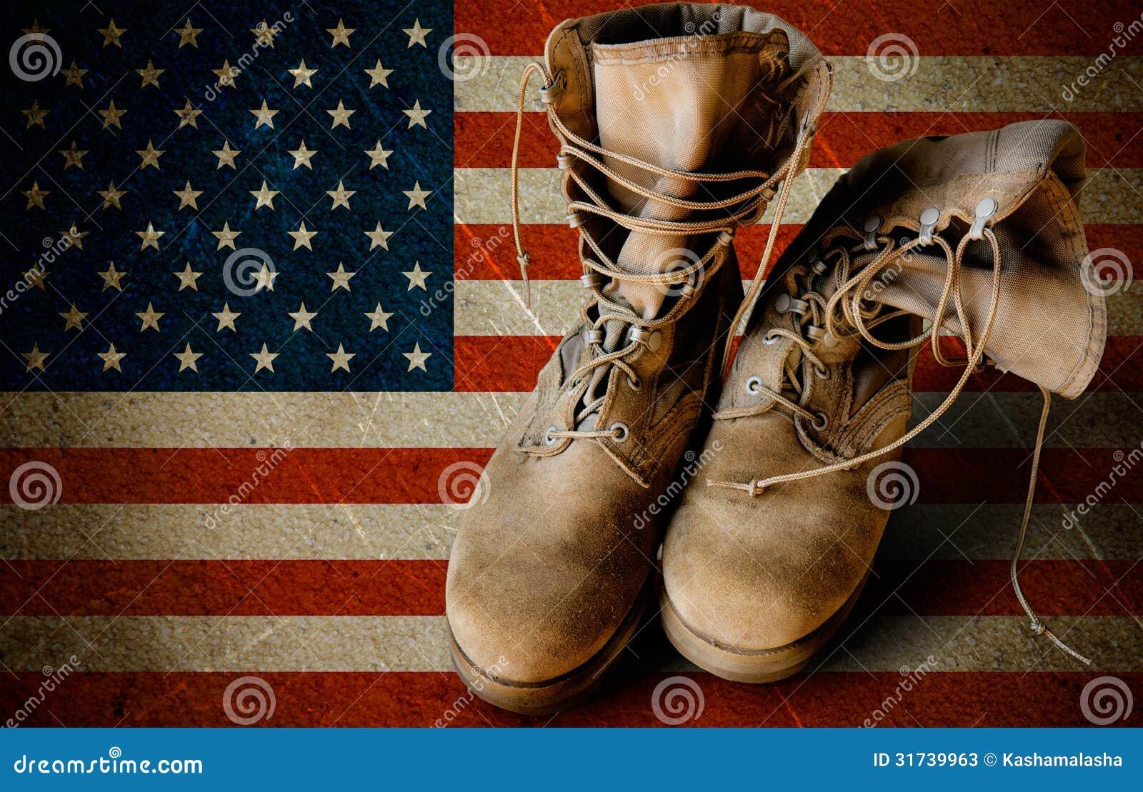 Botas do exército no fundo arenoso da bandeira