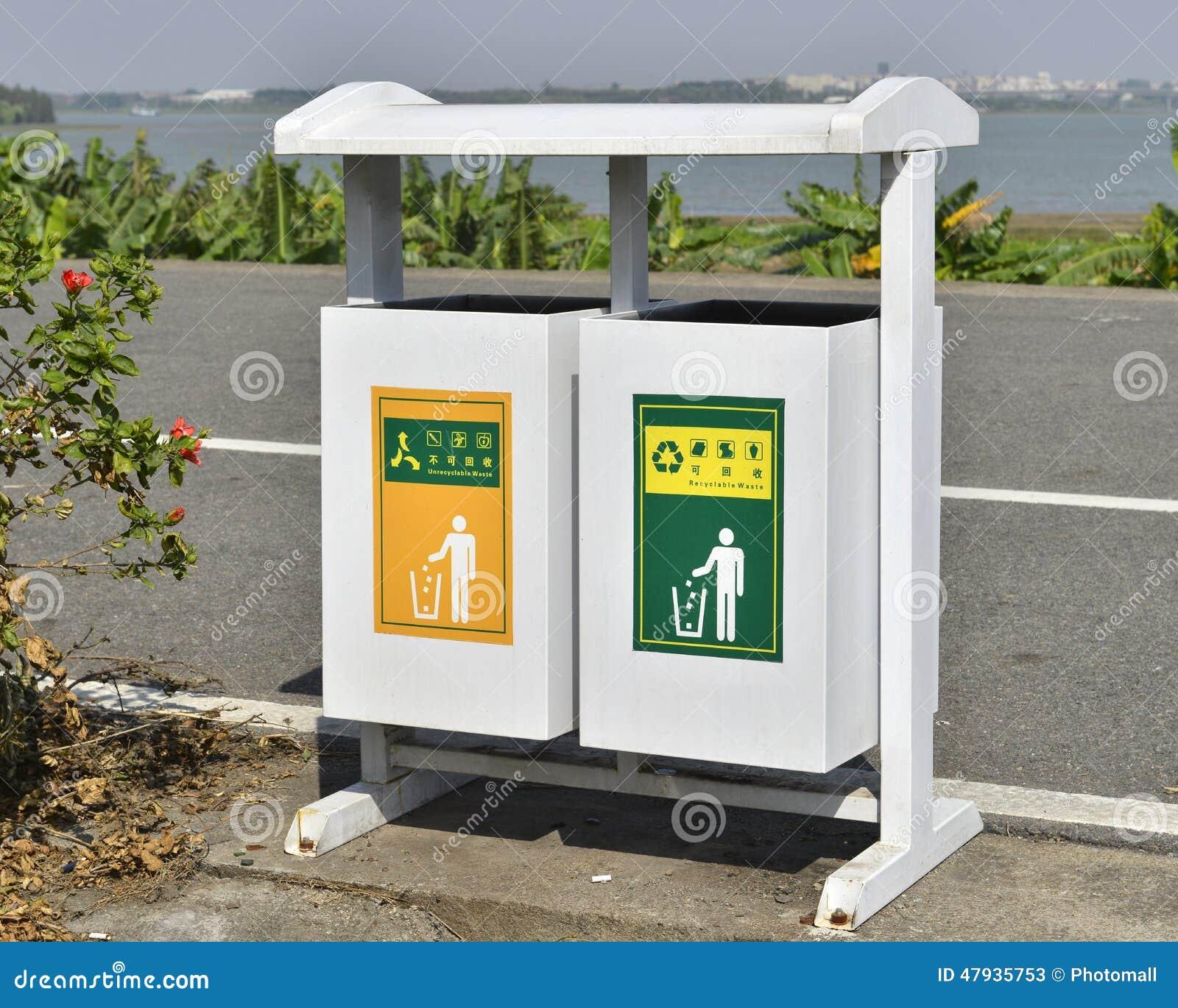 Bote de basura blanco en el borde de la carretera cubo de basura compartimiento de basura - Rd rubbish bin ...