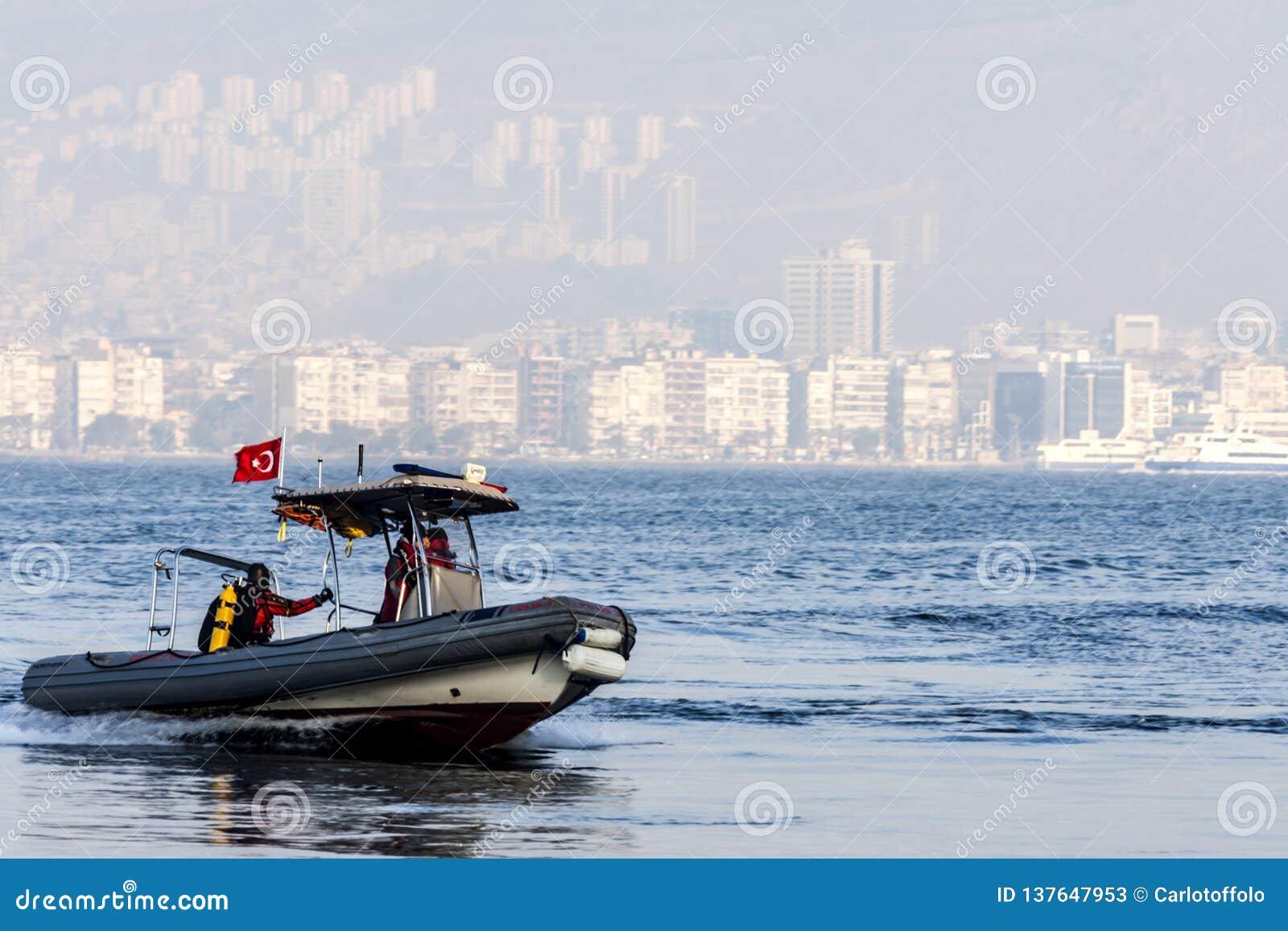 Bote de borracha no mar na frente de Izmir Turquia
