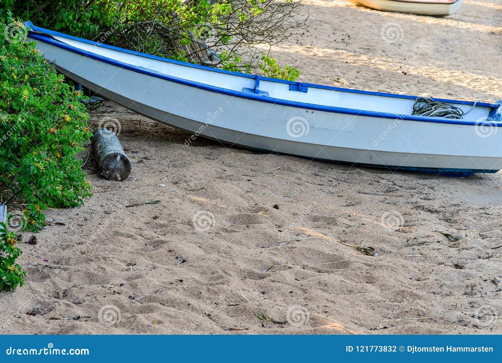 Hermosa Abandonado Bote De Playa Archivo La Remos En Foto XZwOuTkliP