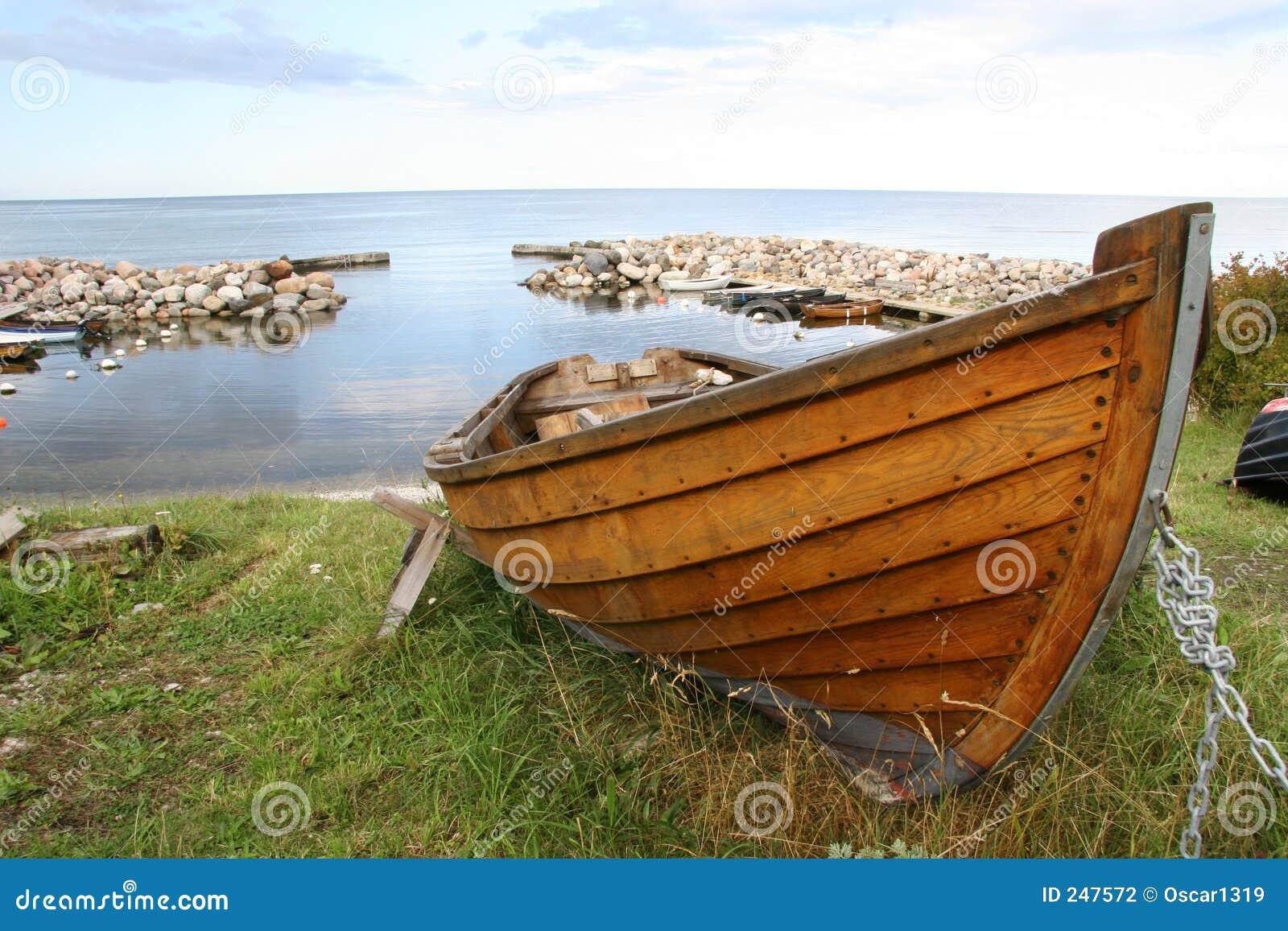 Bote de remos de madera foto de archivo. Imagen de océano - 247572
