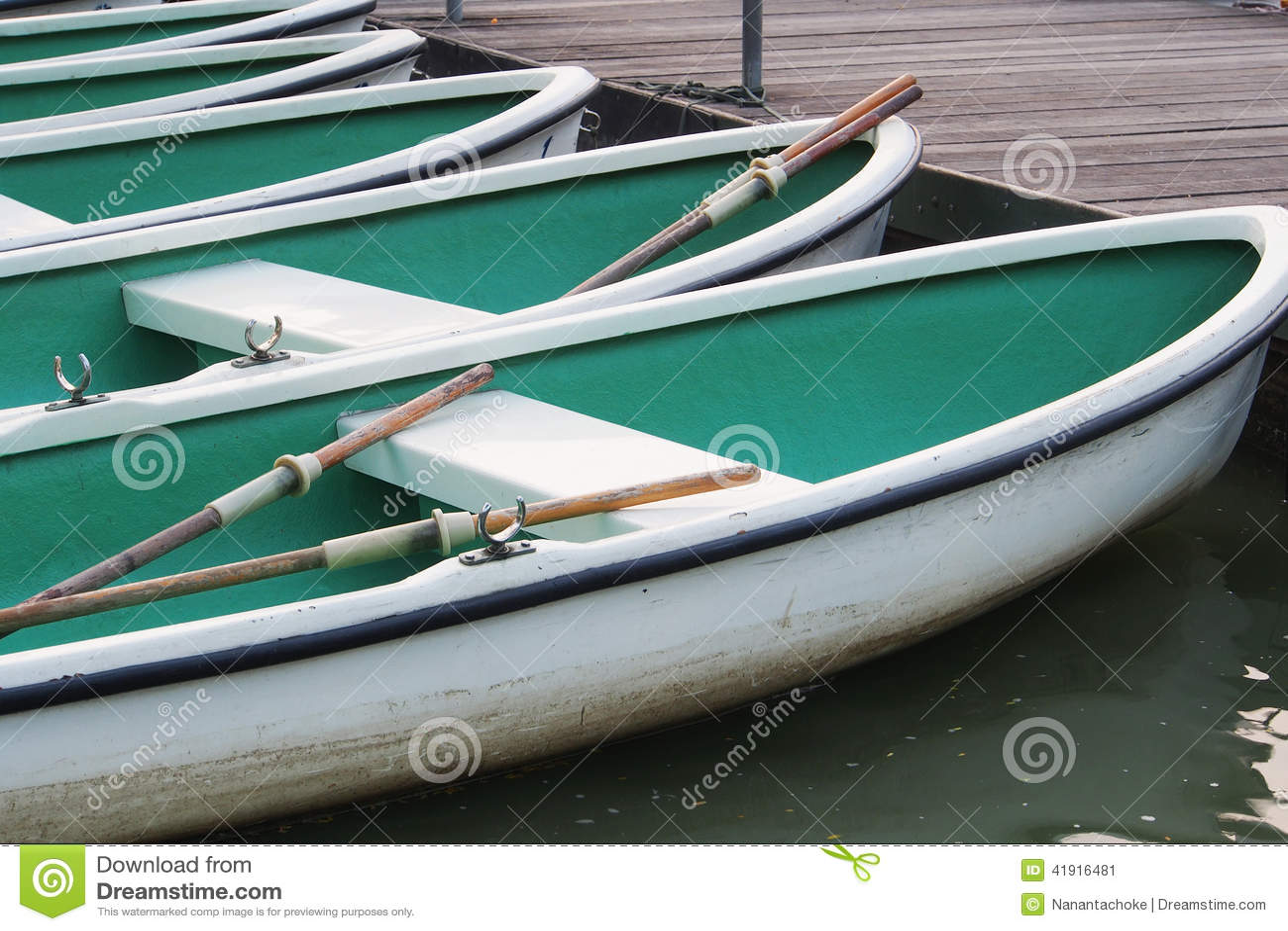 Bote de remos en un lago