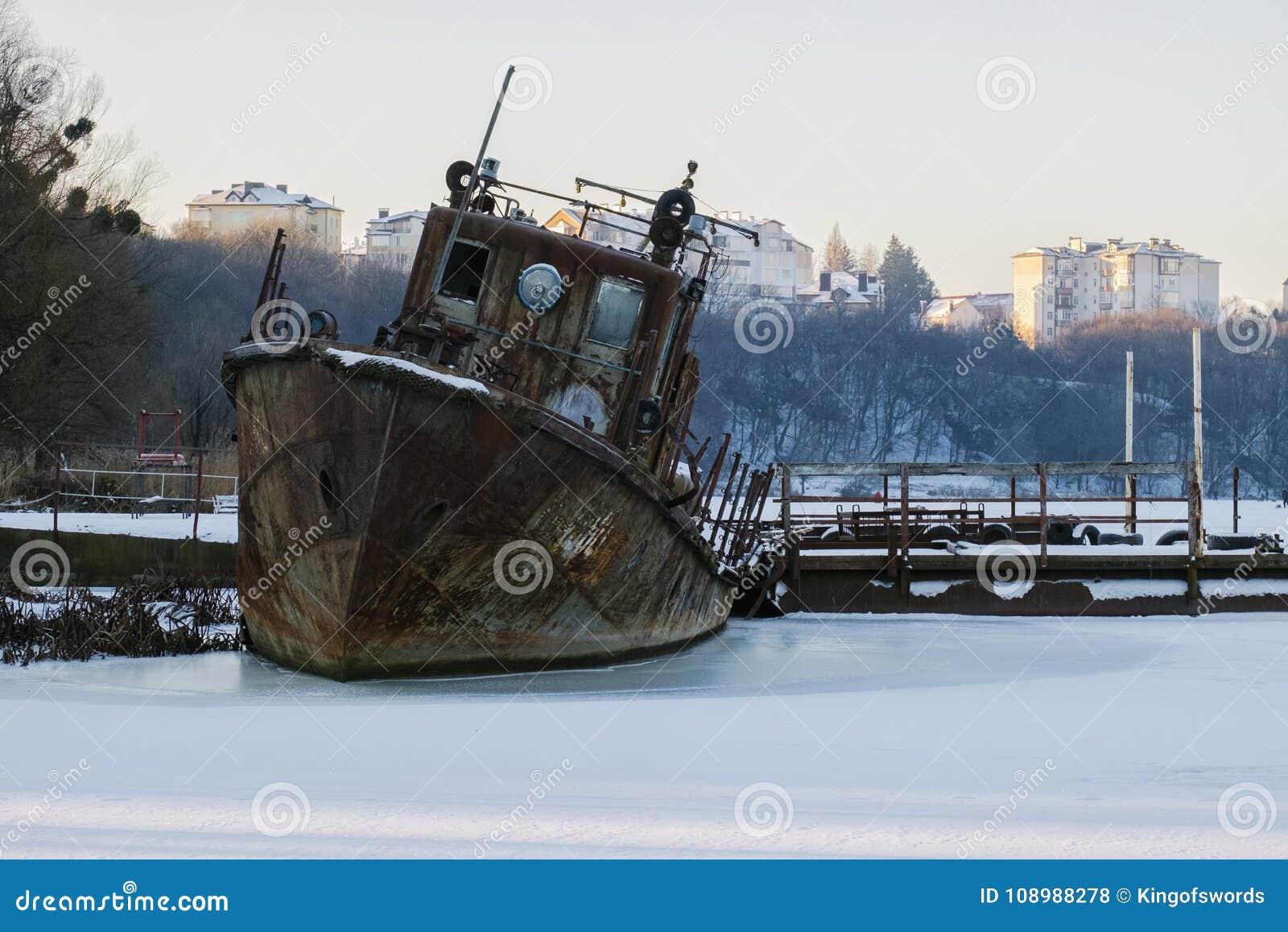 Bote de salvamento oxidado viejo congelado en el hielo