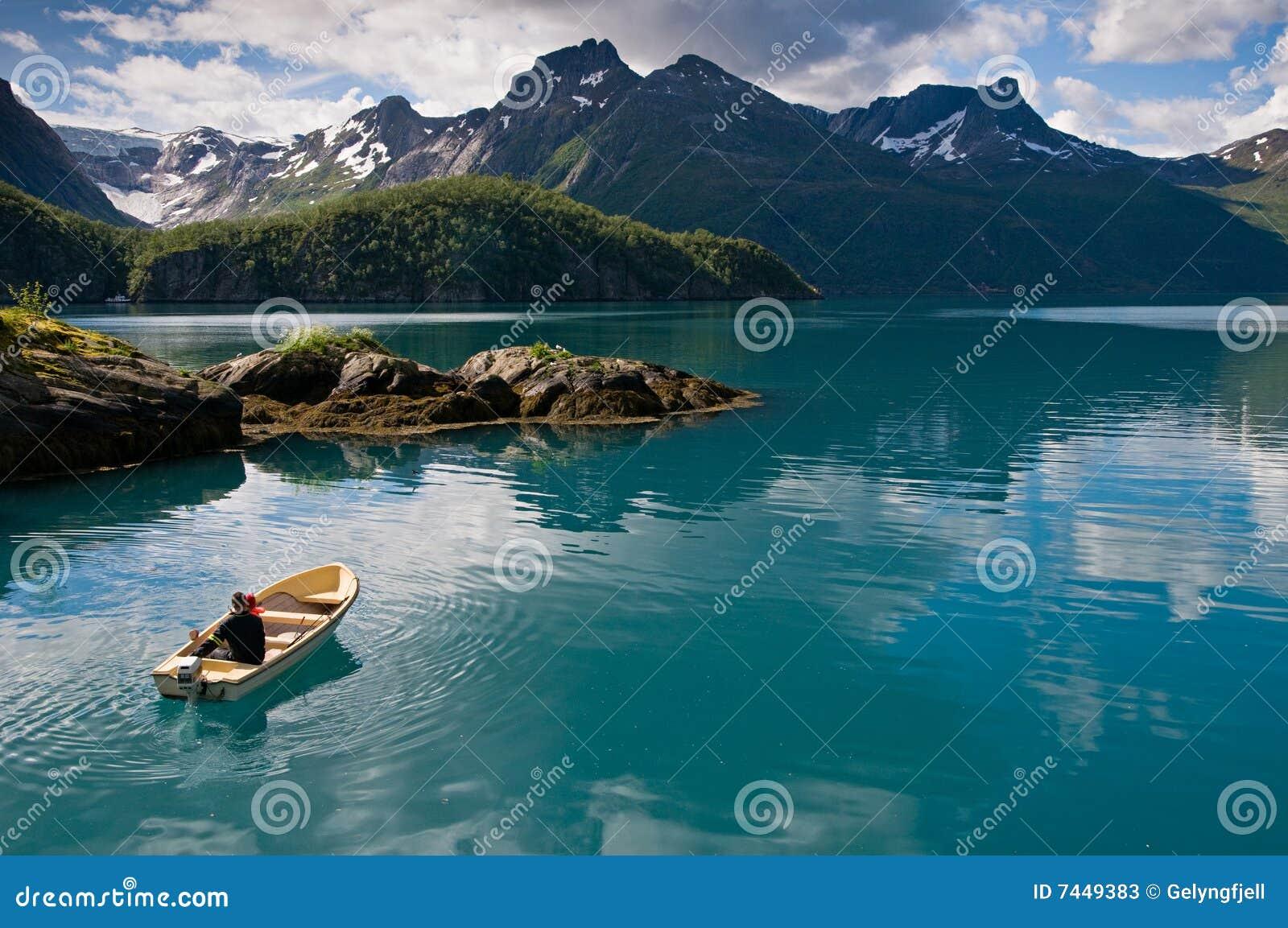 Bote no fjord